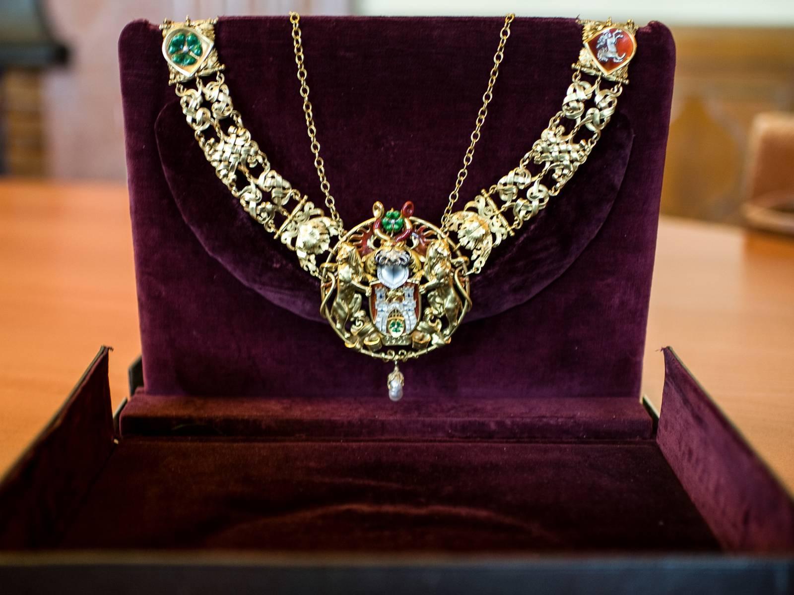 Die goldene, reich verzierte Amtskette des Oberbürgermeisters