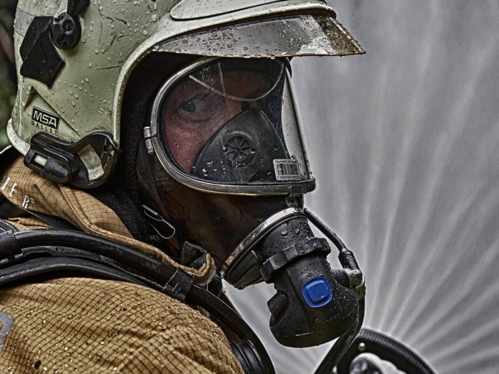 Symbolfoto: Atemschutzgeräteträger im Einsatz mit Strahlrohr