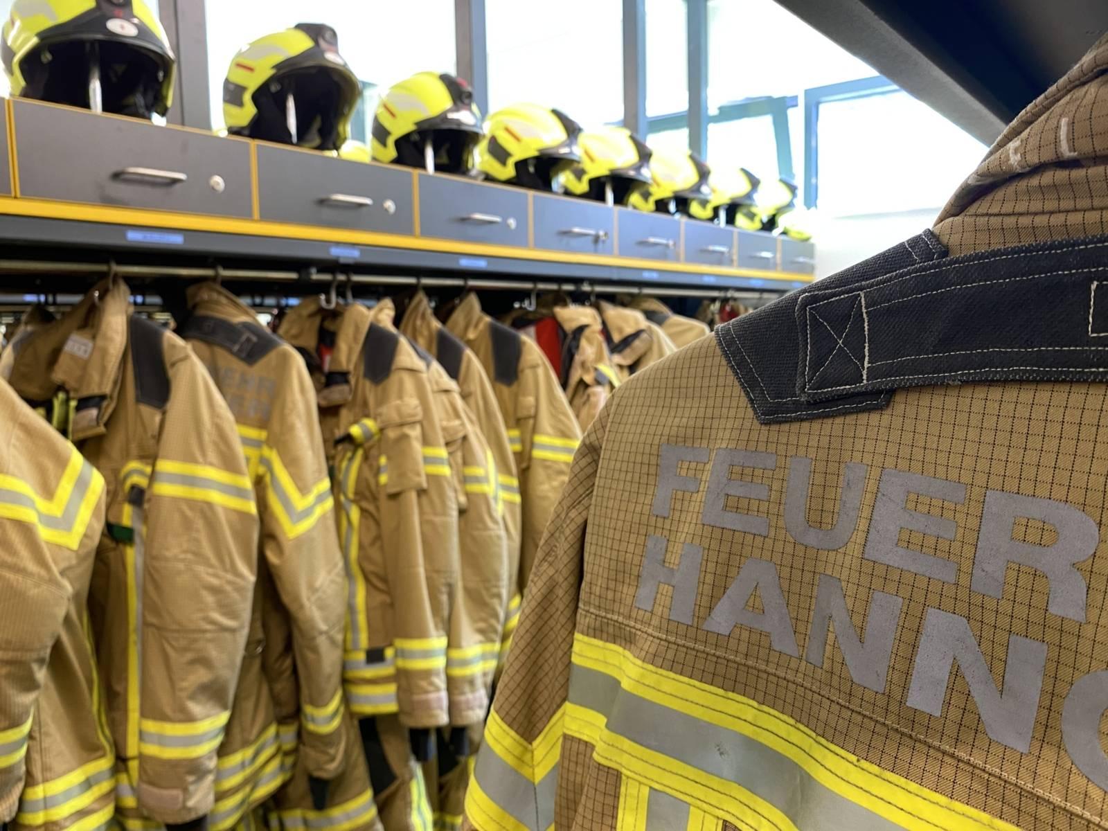 Helme und Jacken der Feuerwehr Hannover