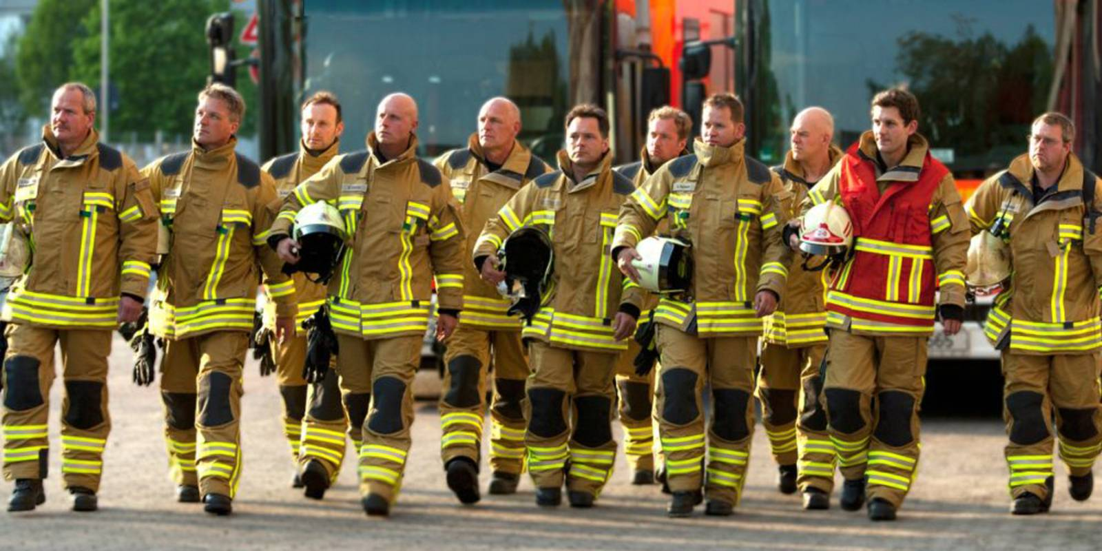Einsatzkräfte mit neuer Feuerwehrschutzausrüstung