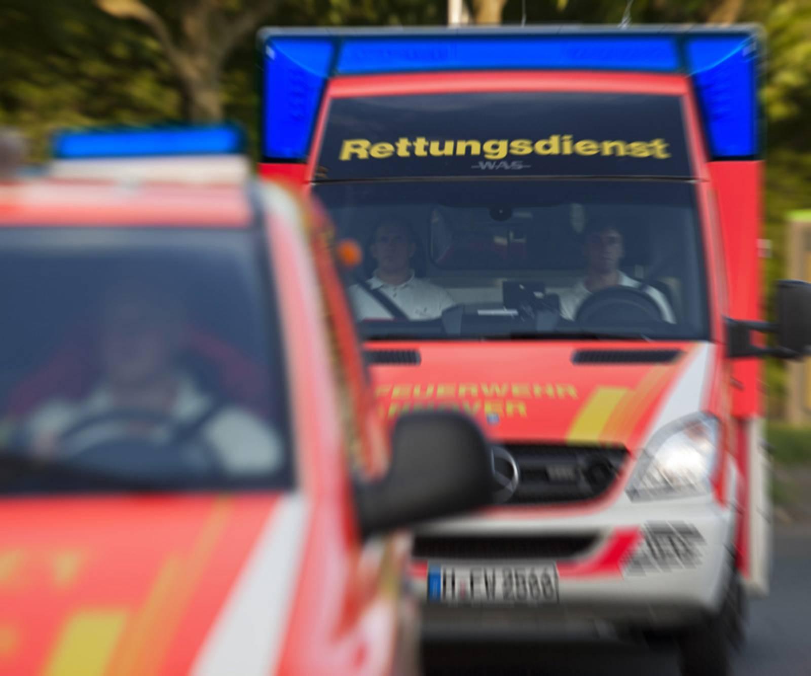 Zwei Einsatzwagen der Feuerwehr Hannover