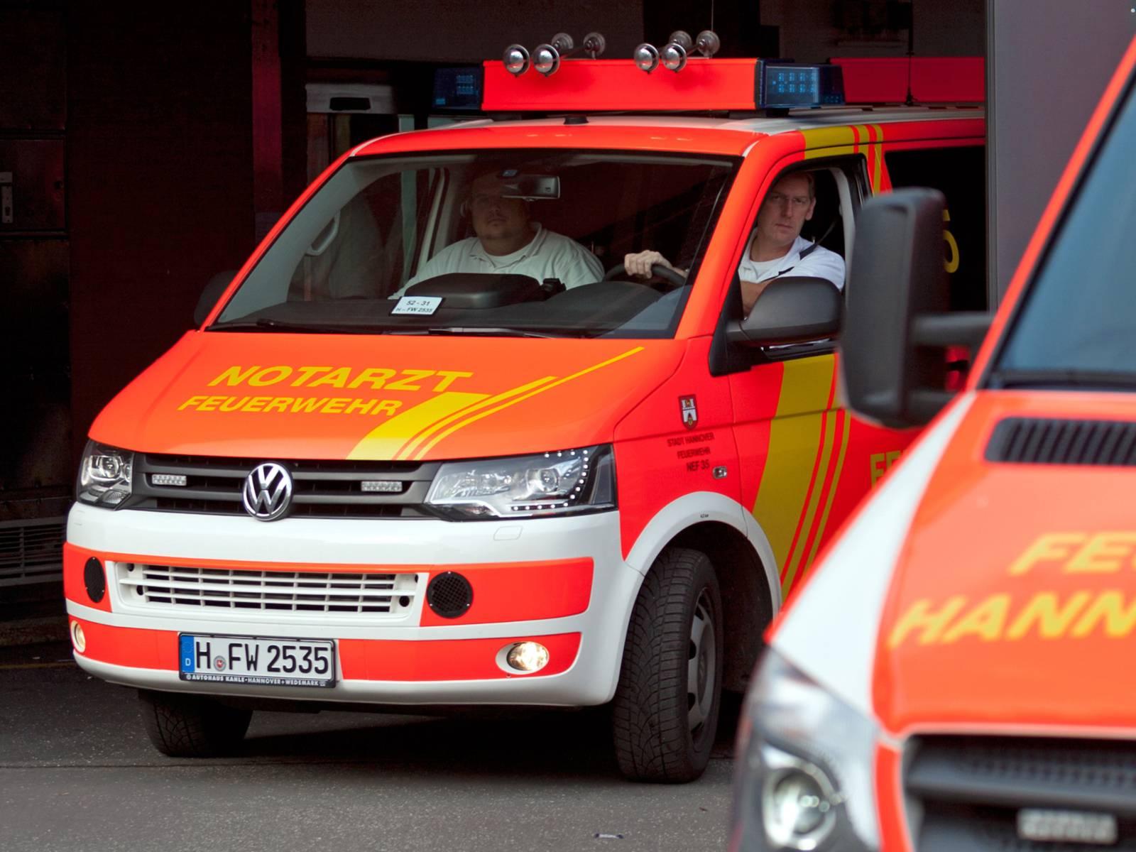 Symbolbild: Rettungswagen mit Notarzteinsatzfahrzeug vor Notaufnahme