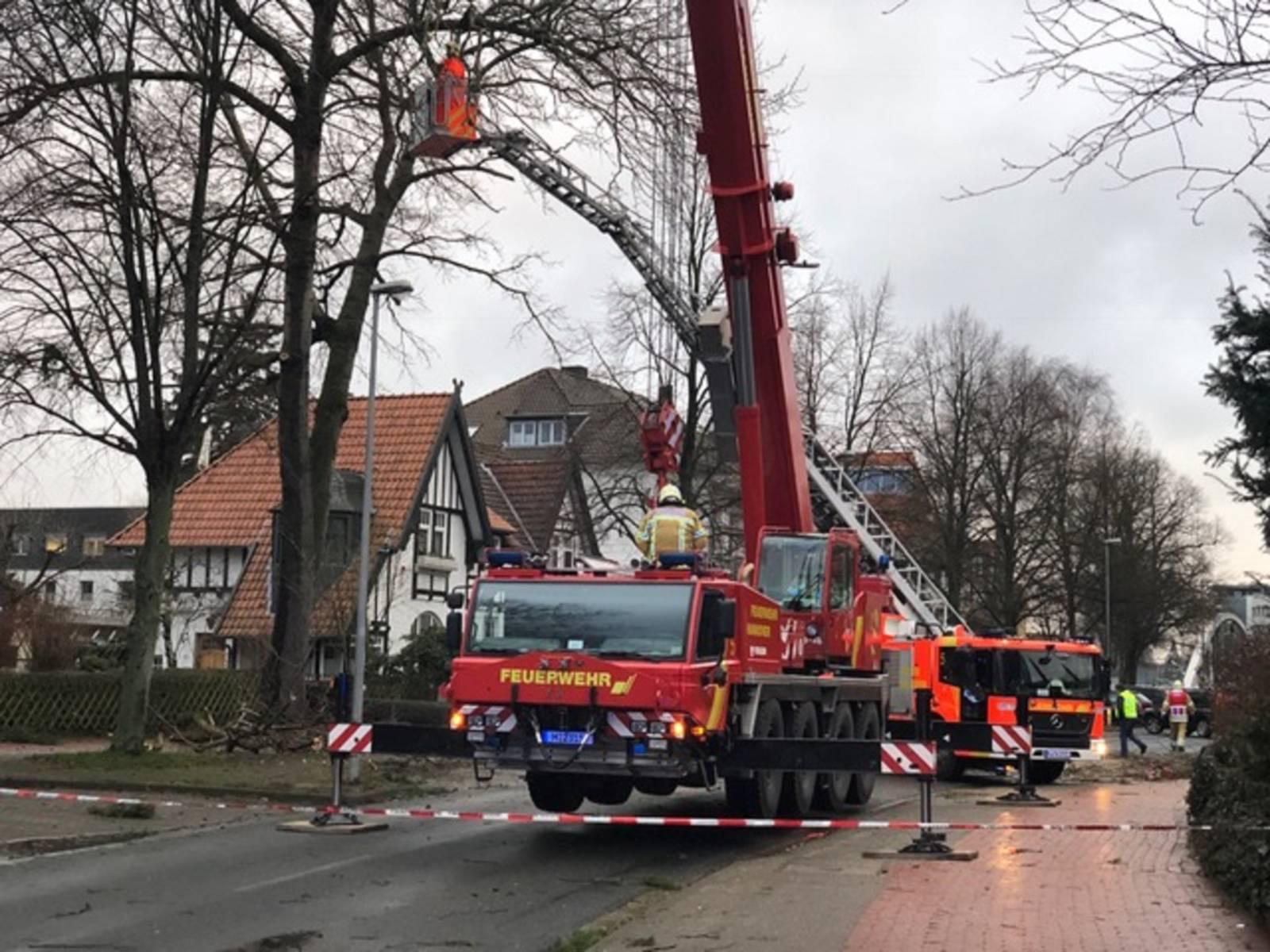 Feuerwehrwagen bei Unwettereinsatz