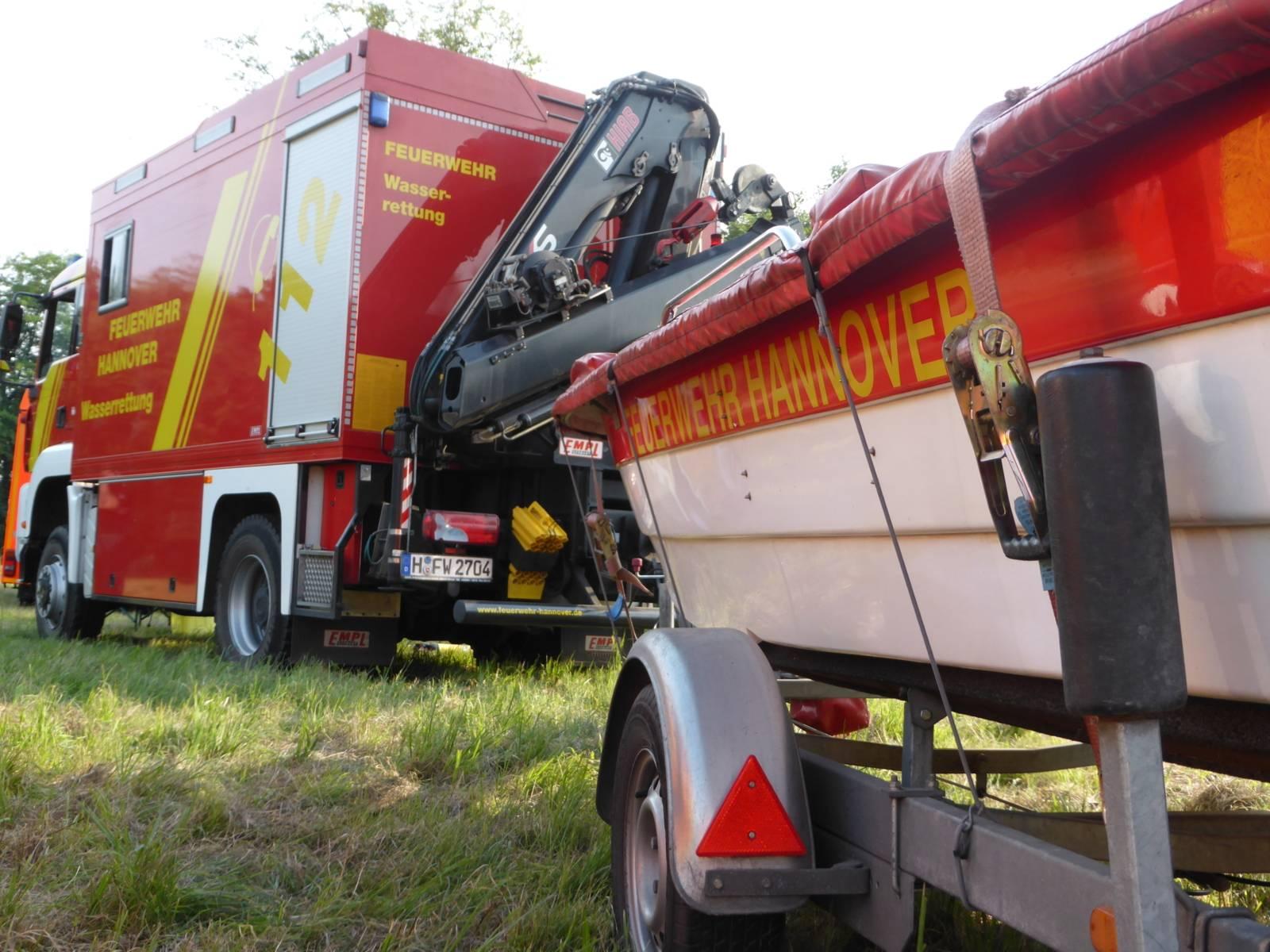 Symbolfoto Wasserrettungseinatz, Gerätewagen Wasserrettung mit Boostanhänger