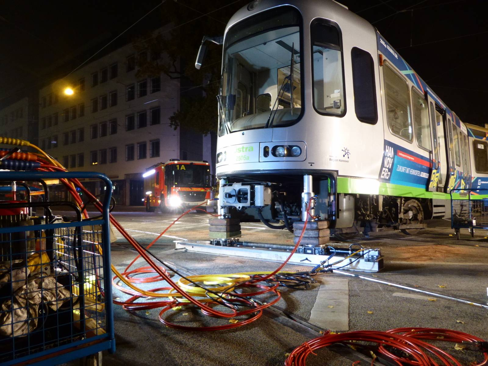 Mit hydraulischen Hebern und Seilwinden wurde die Stadtbahn angehoben und seitlich bewegt, um die entgleisten Räder wieder in die Schienen setzen zu können.