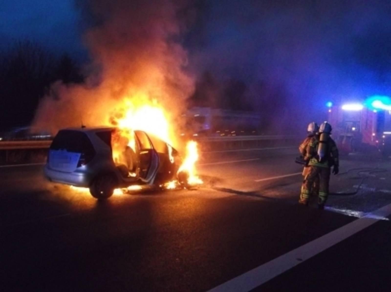 Beim Brand eines Kleinwagens musste am Donnerstagnachmittag die Autobahn 2 kurz hinter der Anschlussstelle Hannover-Herrenhausen in Richtung Berlin voll gesperrt werden.