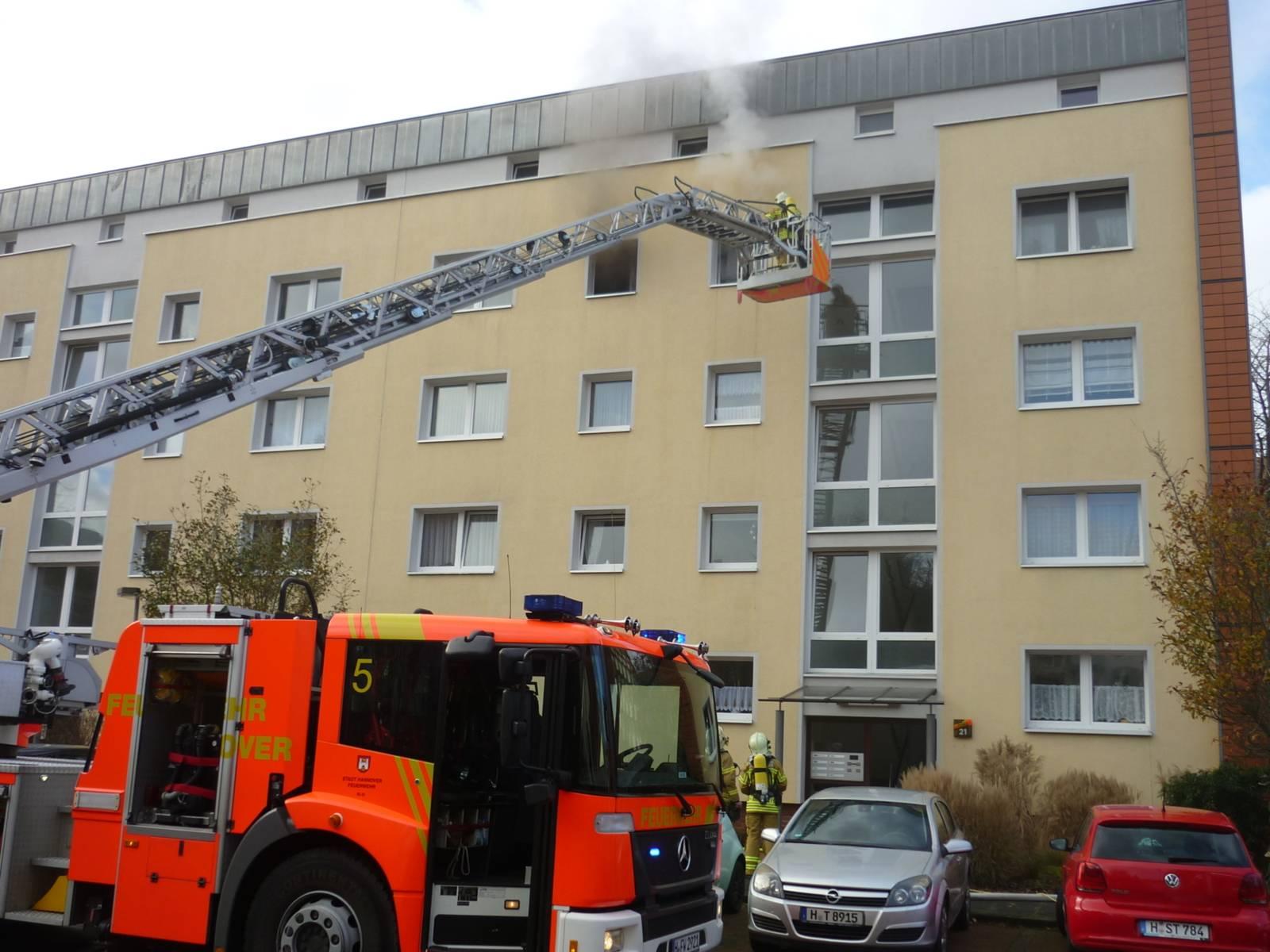 Beim Eintreffen der ersten Einsatzkräfte standen die Küche und Teile des Flures der Wohnung im 3. Obergeschoss bereits im Vollbrand.