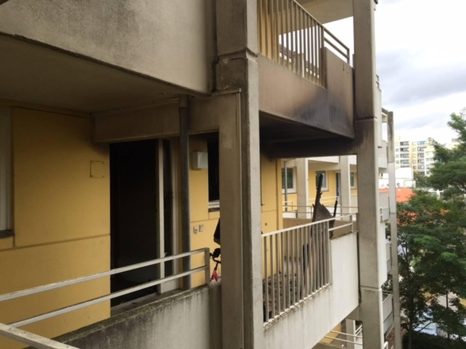 Durch die durchgebrannte Eingangstür schlugen die Flammen in den Laubengang und drohten auf das darüberleigenden Geschoss überzugreifen.
