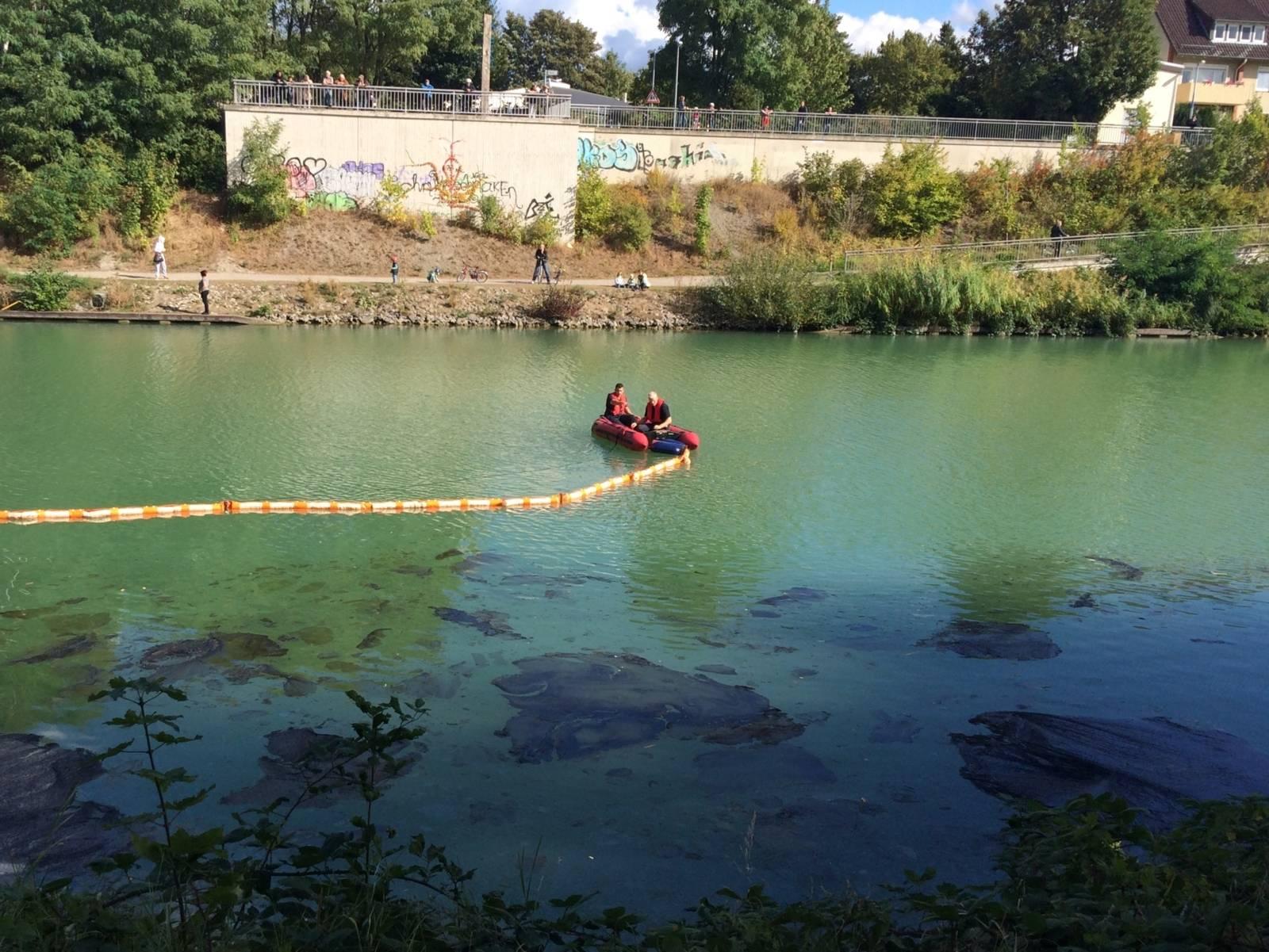 Mit zwei Mehrzweckbooten setzten die Wasserretter der Feuerwehr zunächst eine schwimmende Ölsperre und konnten so die weitere Ausbreitung verhindern.