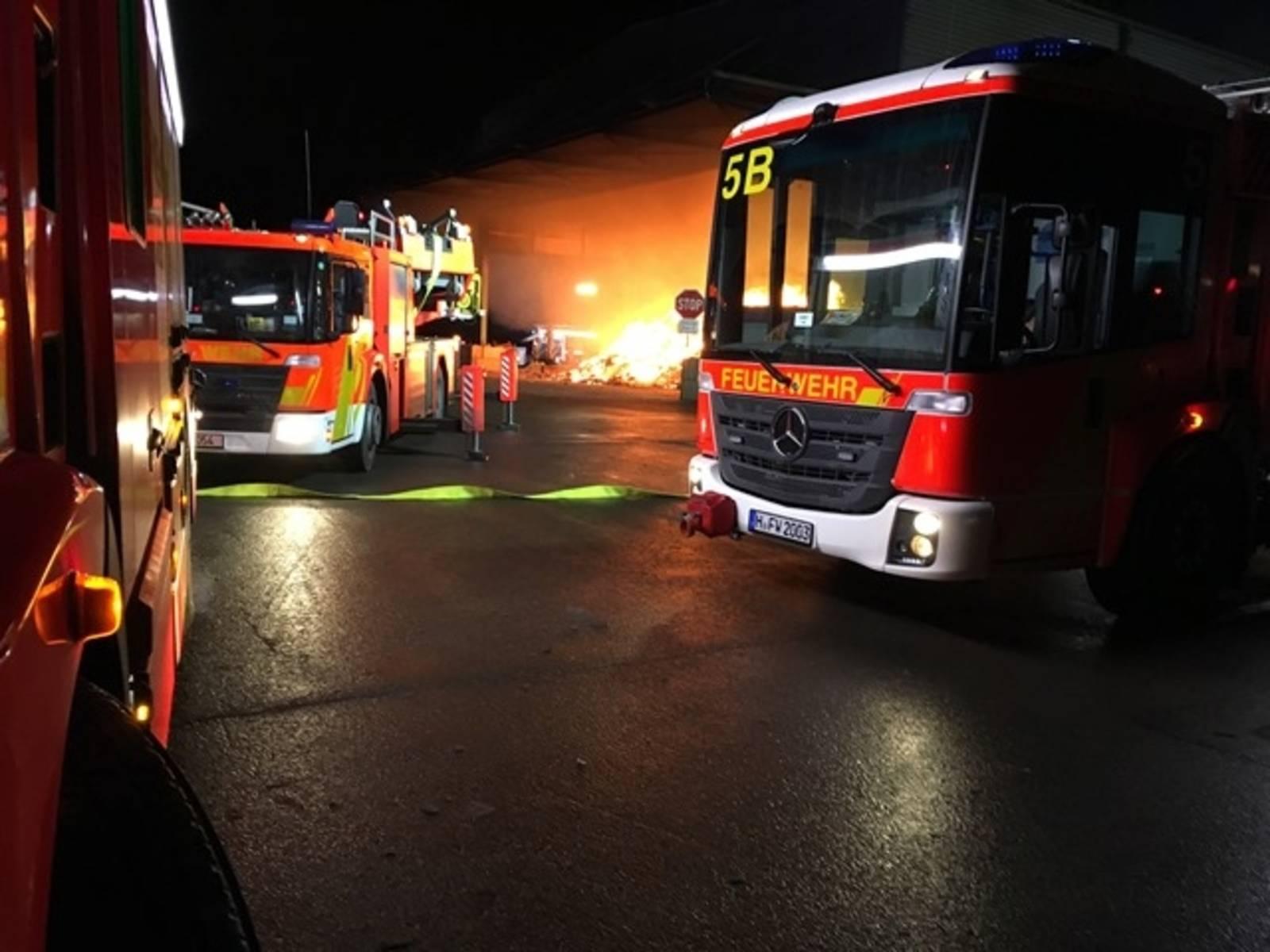 Großbrand in Lagerhalle für geschredderten Sperrmüll; die Feuerwehr bekämpfte die Flammen mit einem Großaufgebot.