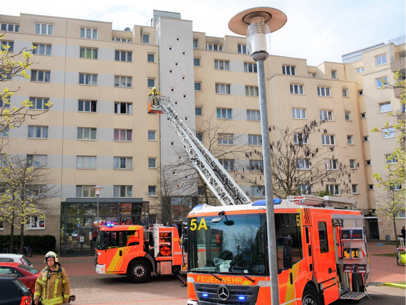 Im Einsatz waren der Löschzug der Feuer- und Rettungswache 5, die Ortsfeuerwehr Vinnhorst sowie einen Rettungswagen.