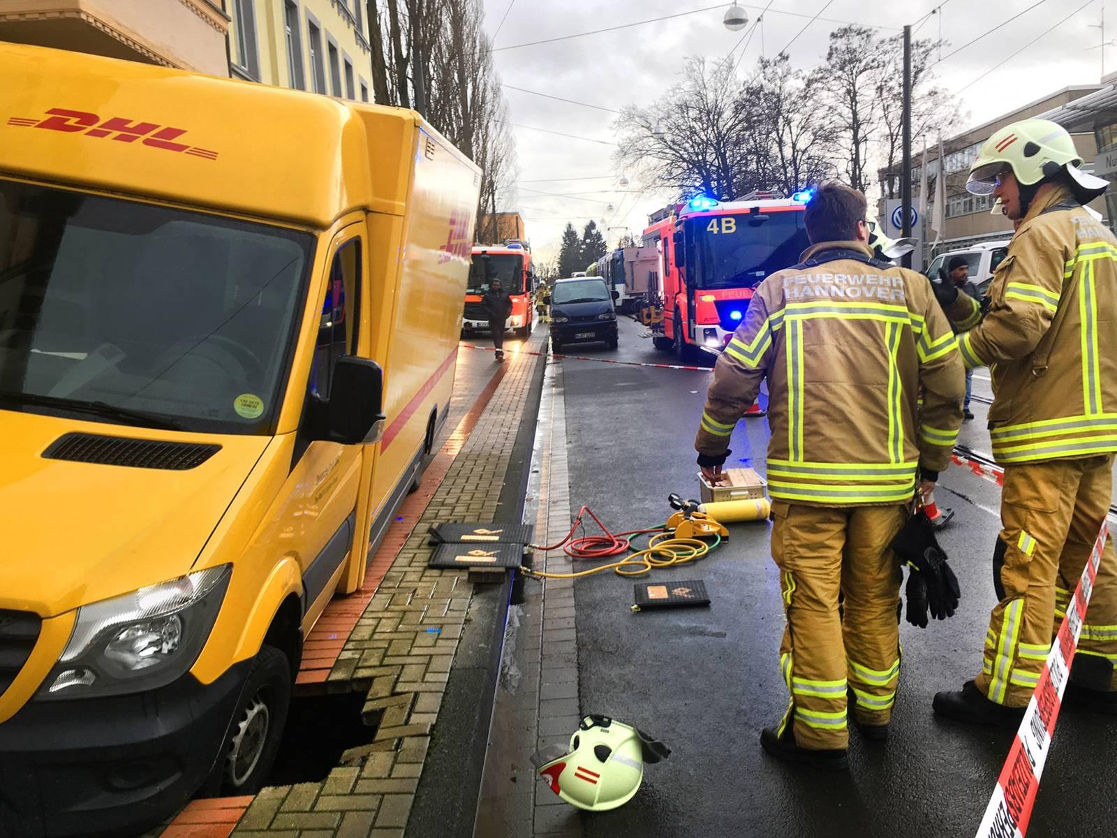 Mehrere Einstzkräfte der Feuerwehr Hannover bereiten den eingesunkenen Transporter zur Bergung vor.
