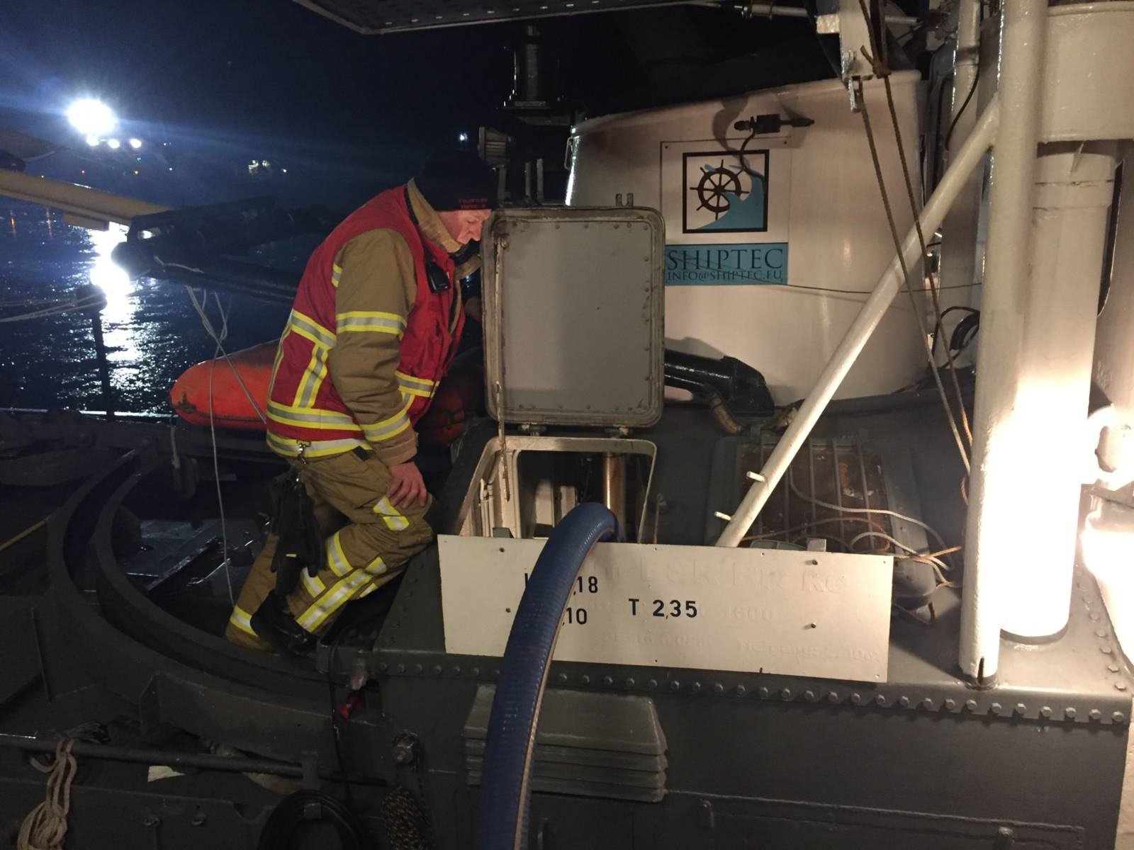 Durch ein Leck unterhalb der Wasserlinie drang Wasser in den Maschinenraum des Schleppers ein.