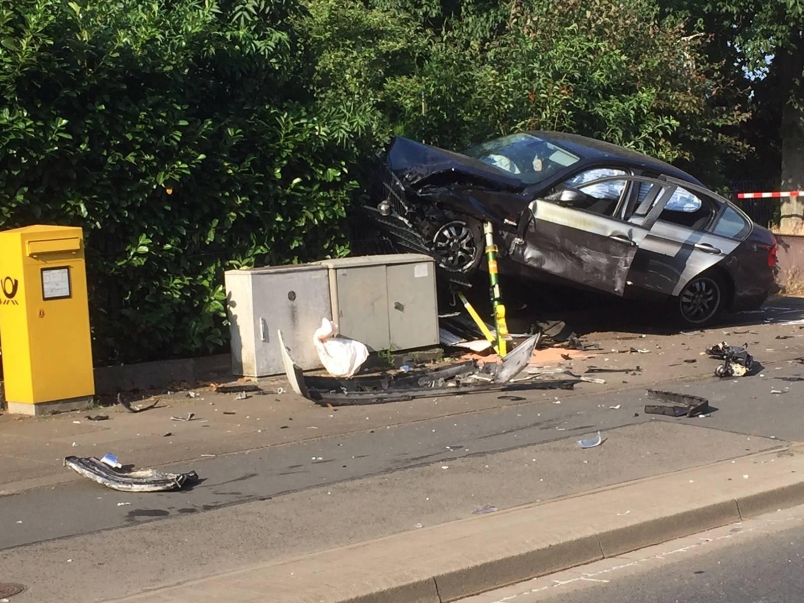 Ein PKW schleuderte in eine Hecke und beschädigte einen Elektroschaltkasten sowie einen Zaun
