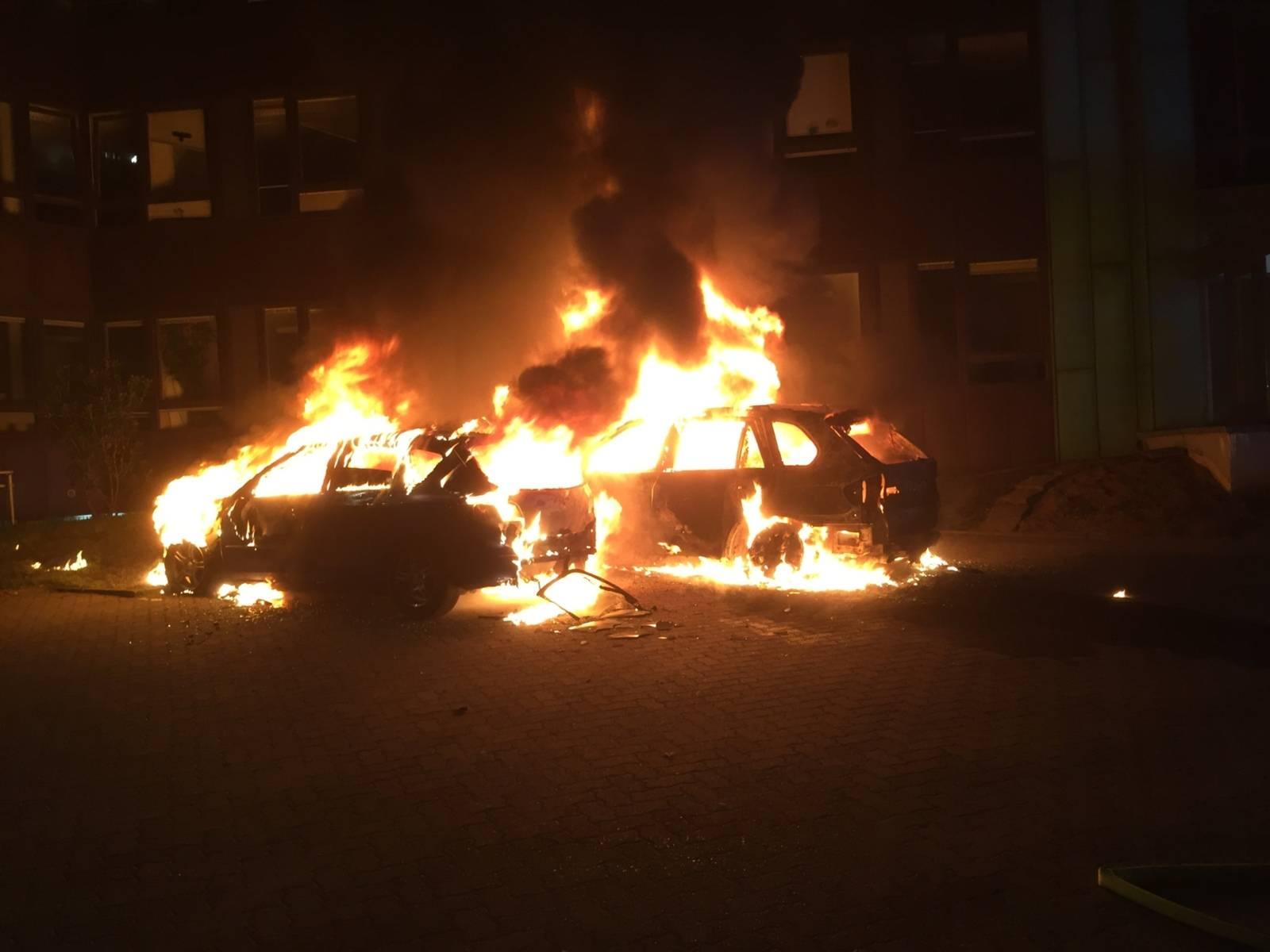 Im Stadtteil Vahrenheide gerieten heute Nacht zwei PKW in Brand. Verletzt wurde niemand.