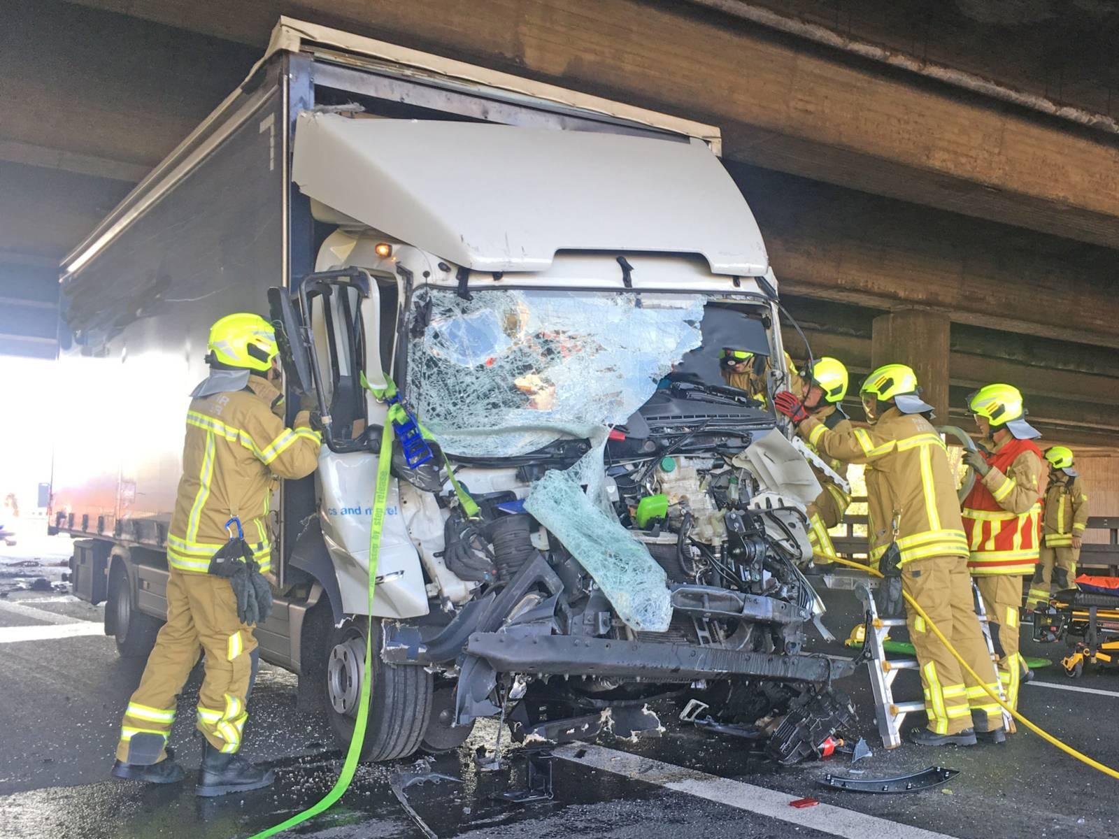 Verkehrsunfall mit zwei LKW auf der Autobahn 2