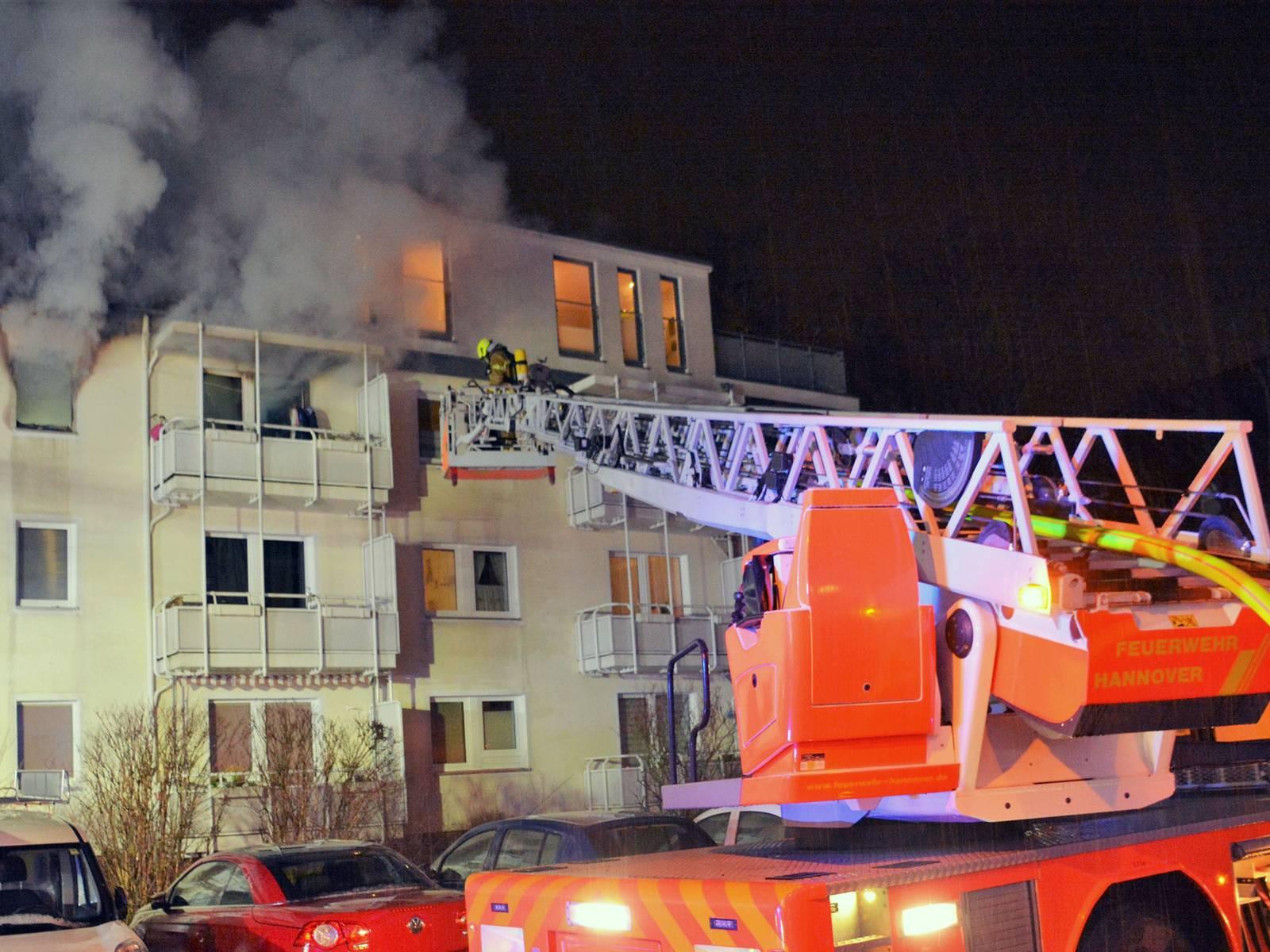Bei einem Wohnungsbrand am frühen Samstagmorgen in Hannover-Döhren starb eine Frau.