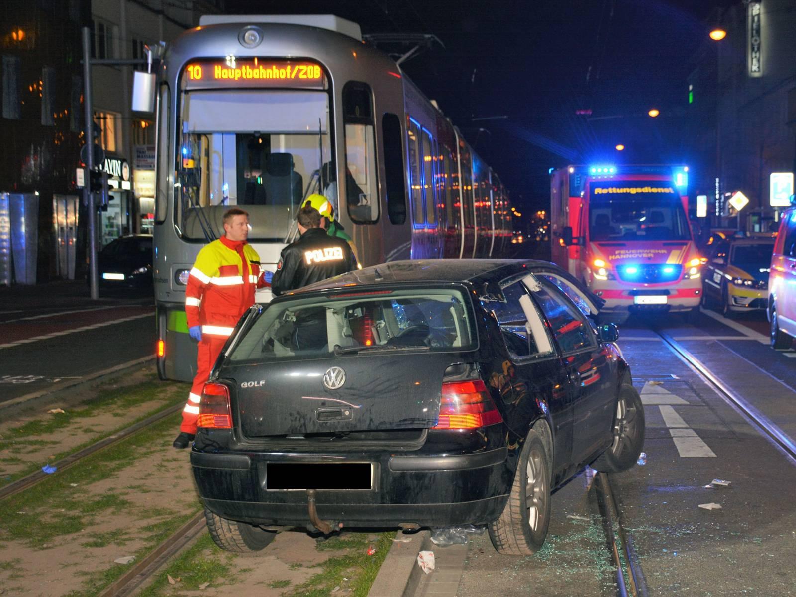 Schwerer Verkehrsunfall zwischen PKW und Stadtbahn, eine Person eingeklemmt