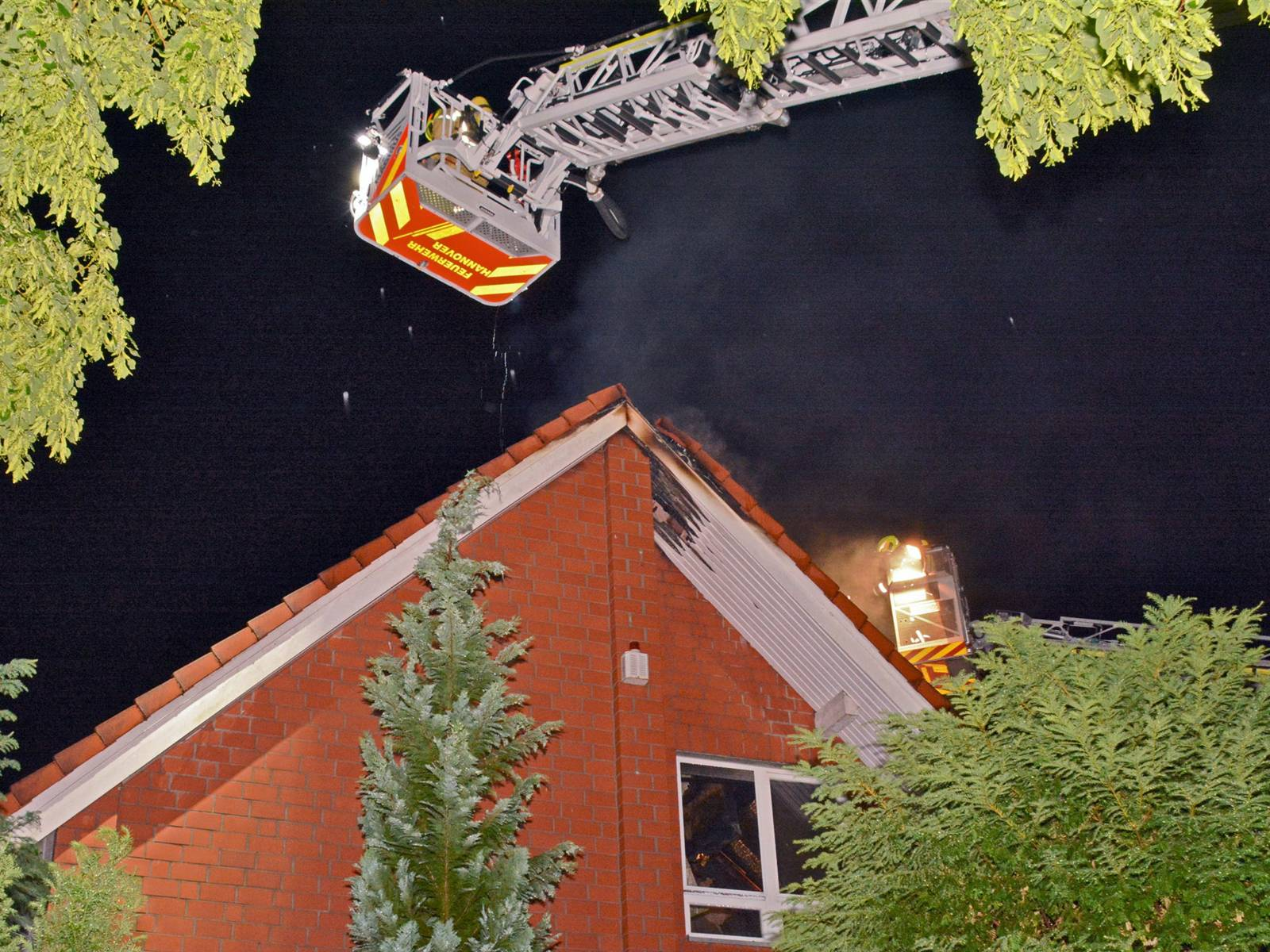 Einfamilienhaus durch einen Dachstuhlbrand erheblich beschädigt