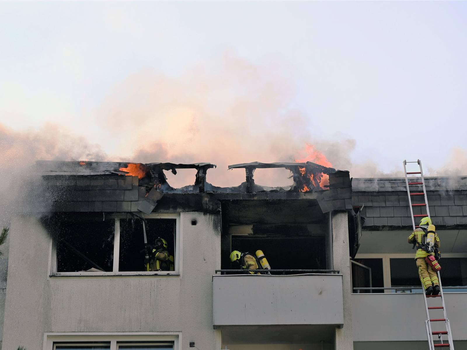 Wohnungsbrand in einem viergeschossigen Mehrfamilienhaus