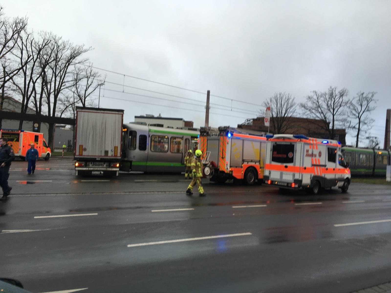 LKW stößt mit Stadtbahn zusammen