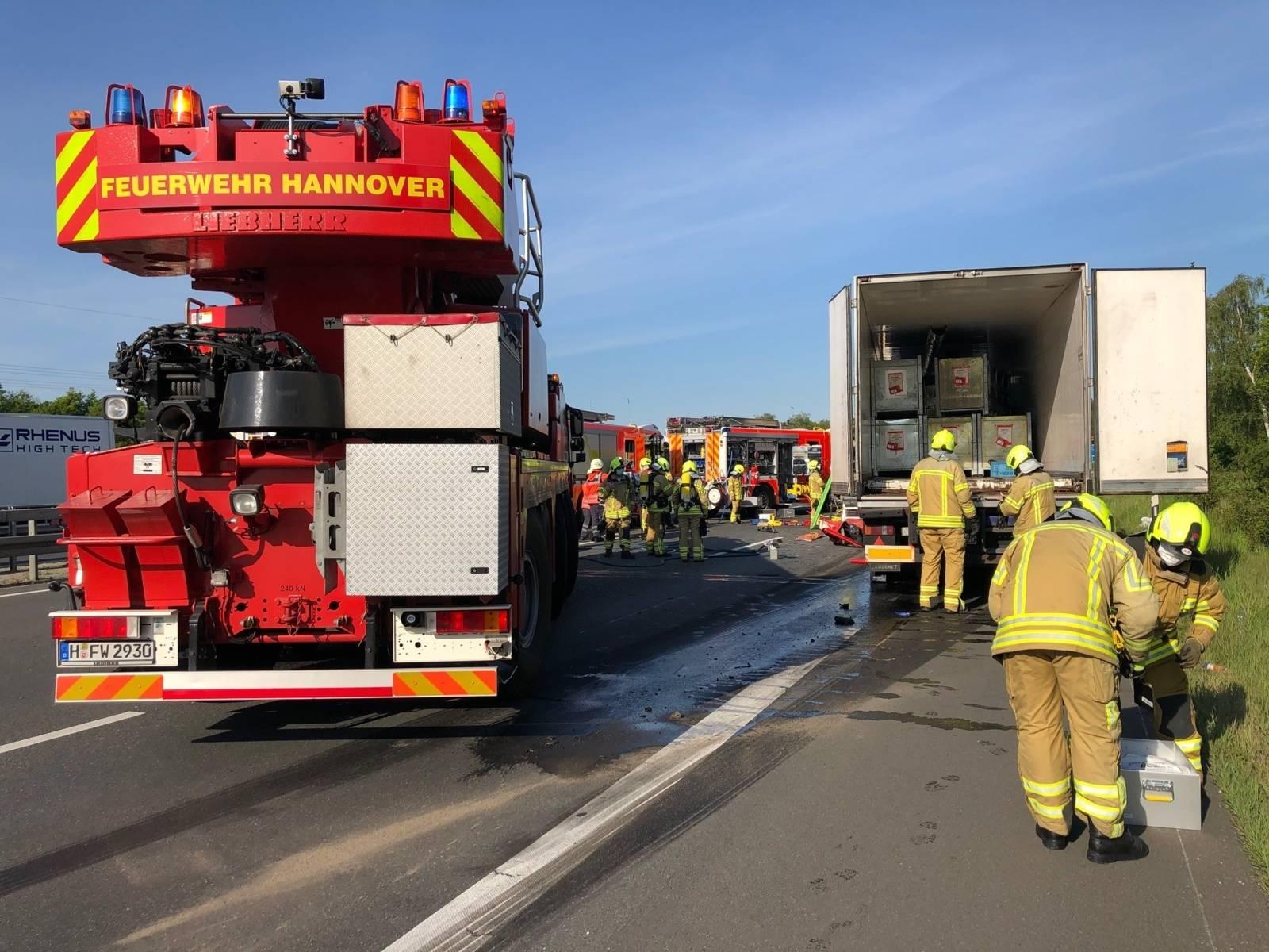 Auffahrunfall zweier Lastkraftwagen auf der Bundesautobahn 2
