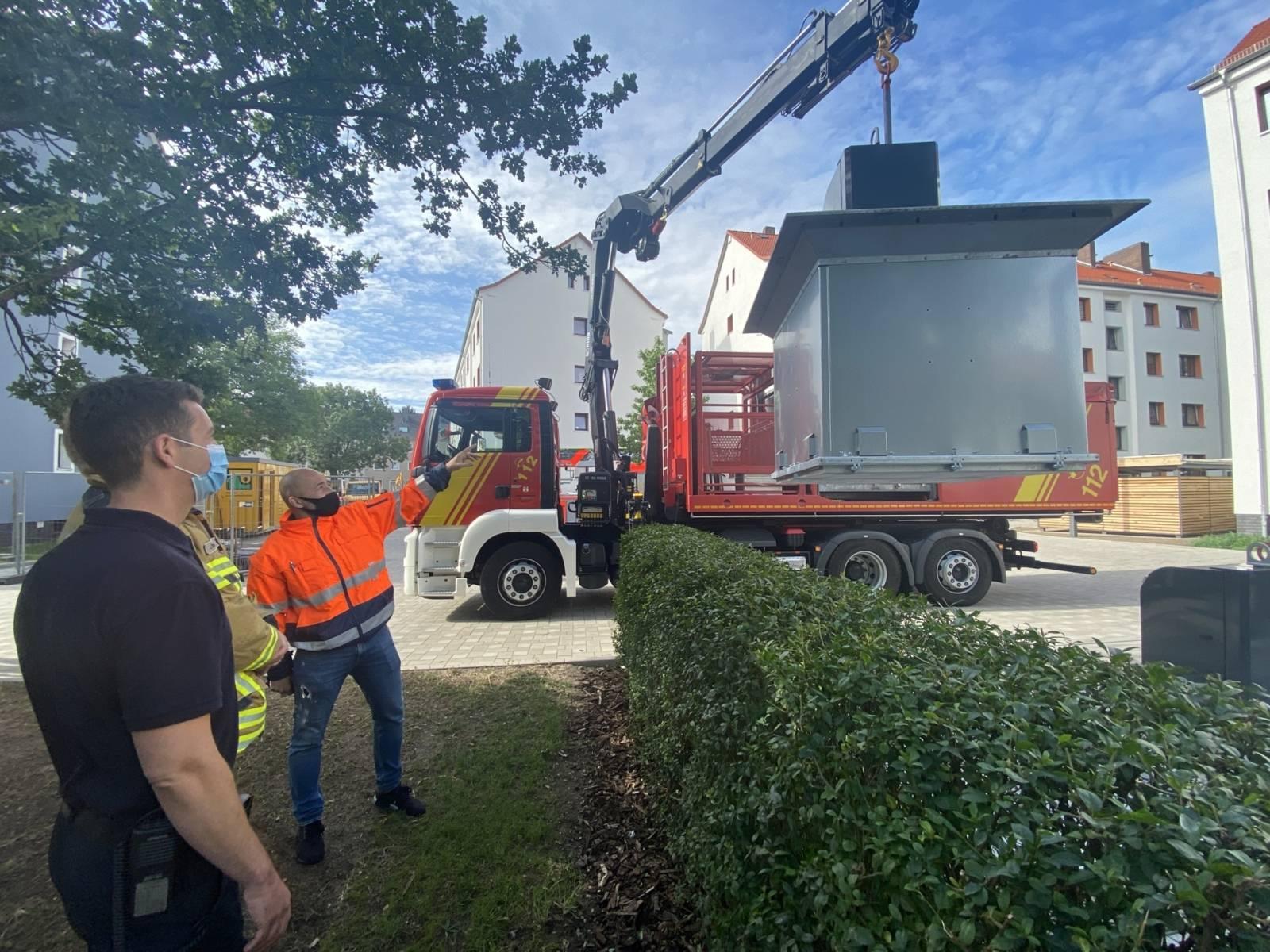 Aha-Mitarbeiter Cengiz Nisanci erklärt Wachabteilungsleiter York (vorne links) und der dritten Wachabteilung der FRW5 die Besonderheiten im Umgang mit den Müllsammelbehältern
