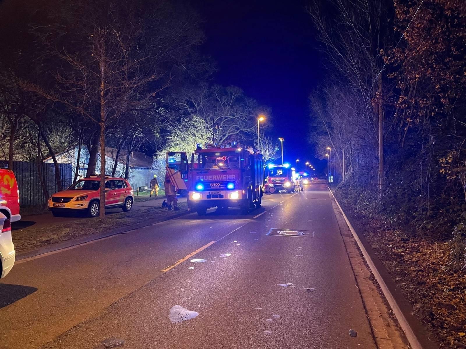 Feuerwehrautos auf der Straße.