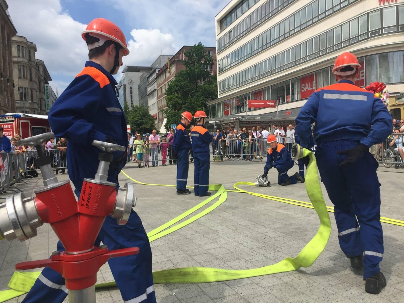 Die Kids der hannoverschen Jugendfeuerwehr stellen sich in der Showarena vor. Im 30-Minuten-Takt wechseln sich die Akteure im Vorführbereich am Kröpcke ab.