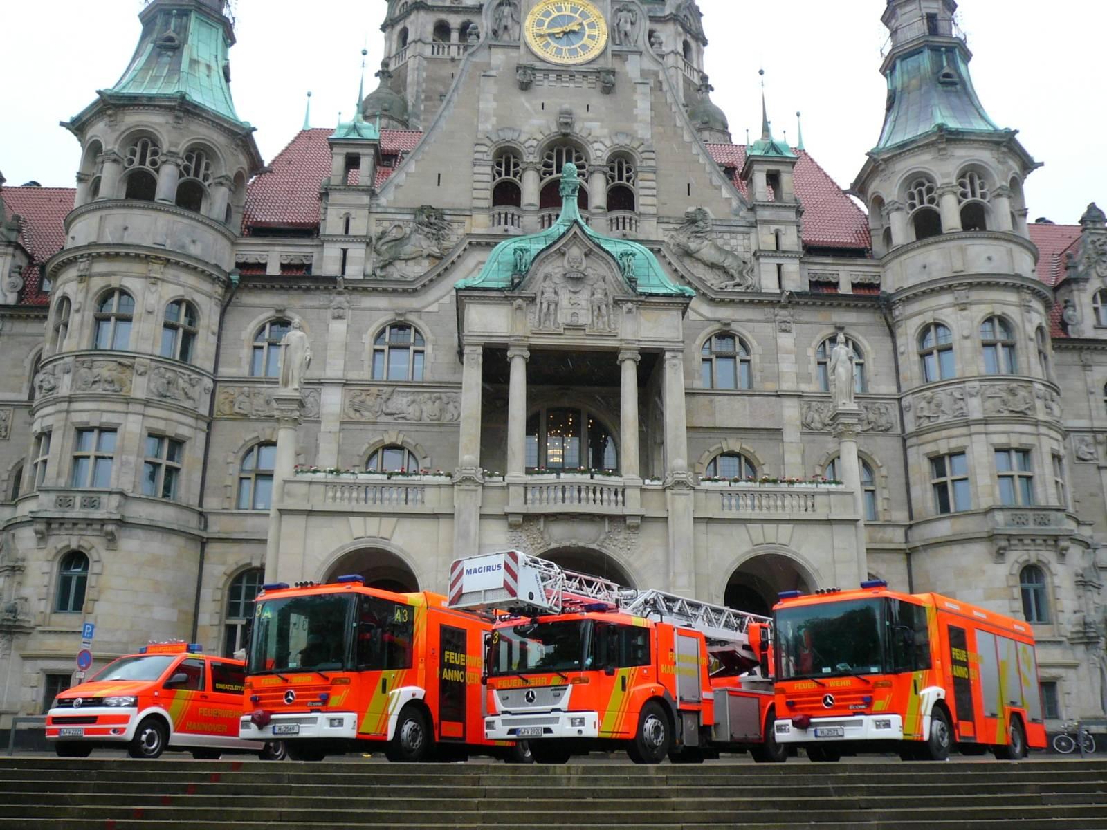 Löschzug Feuerwehr Hannover vor dem Neuen Rathaus