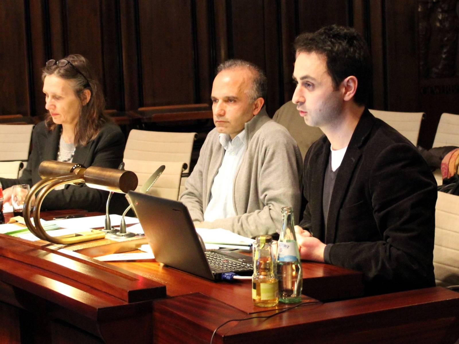 Drei Personen sitzen nebeneinander im Hodlersaal hinter Pulten. Die rechte Person sitzt hinter einem Notebook und spricht.Murtskhvaladze