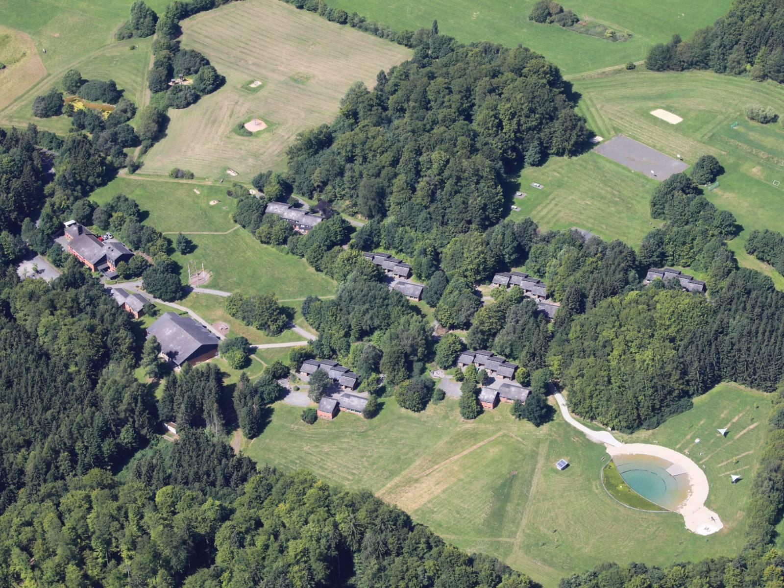 Luftbild des Feriendorfes und des Badsee in Eisenberg/ Kirchheim