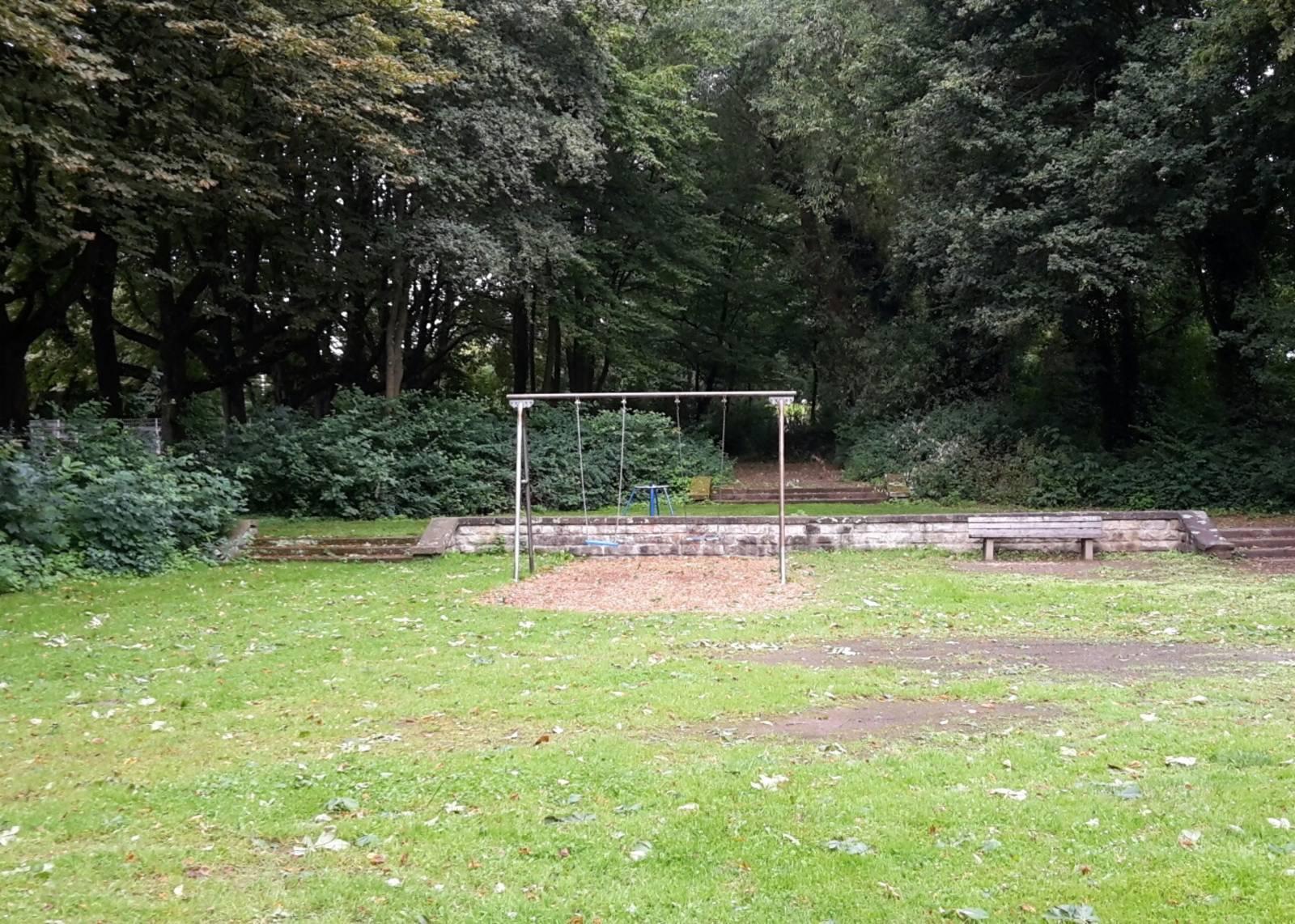 Schaukelgerüst auf einer Wiese im Wald