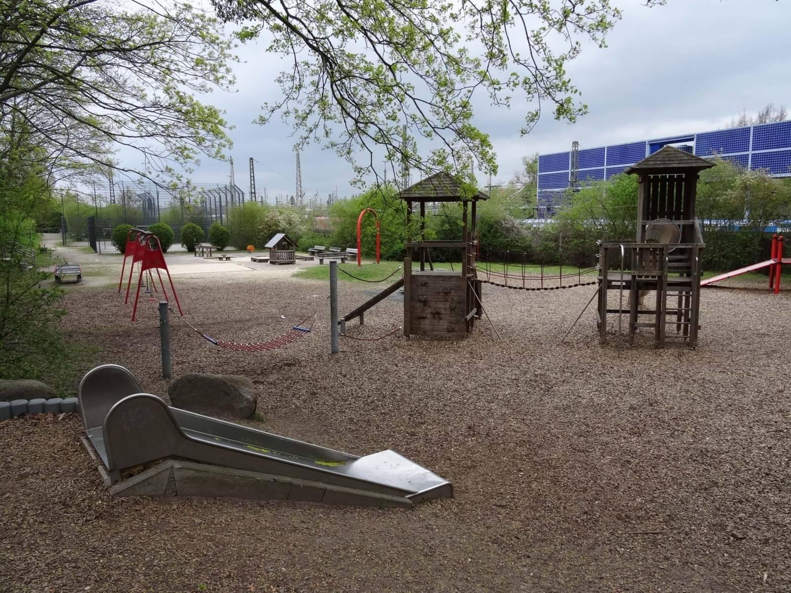 Spielplatz mit Rasenfläche.