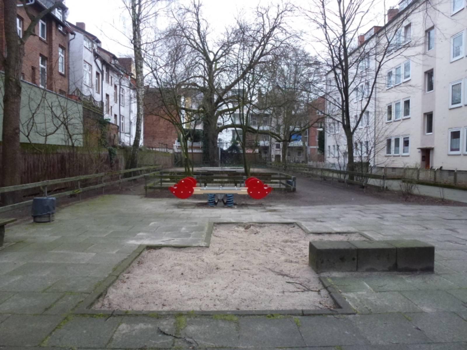 Spielplatz Behnsenstraße-Mitte mit Sandkasten im Vordergrund