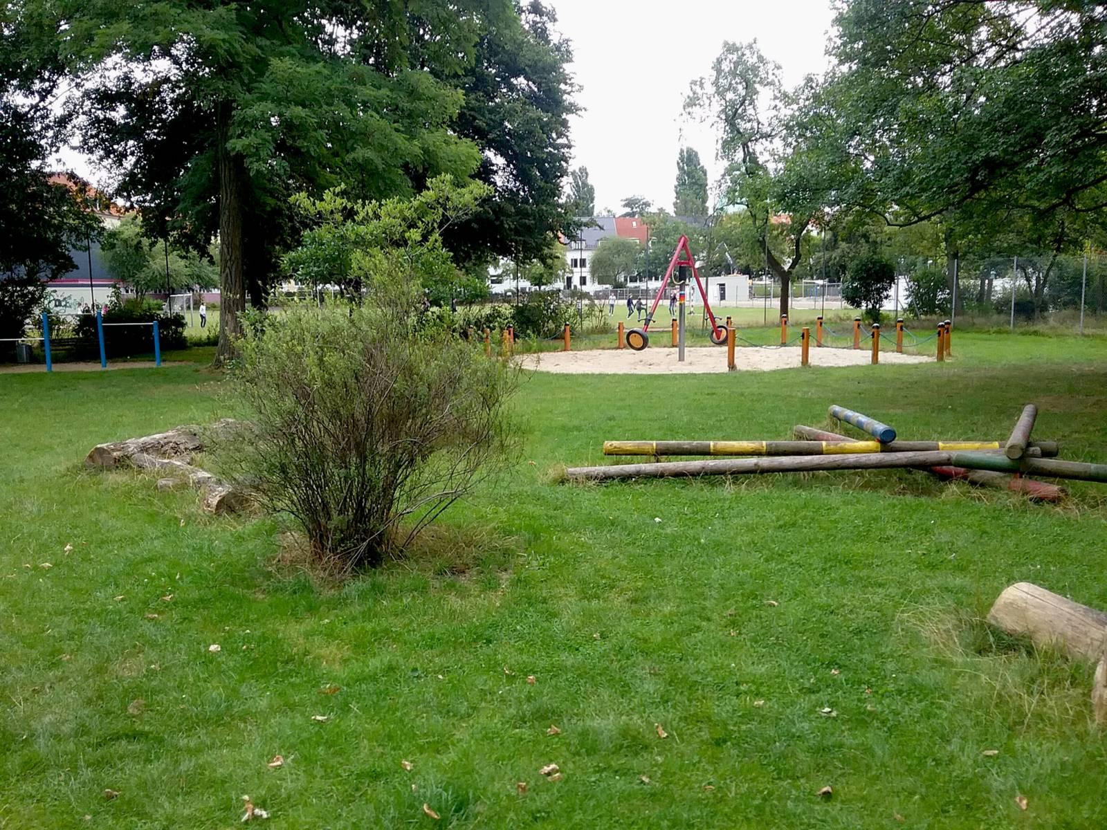 Spielplatz im Grünen mit Holzspielgeräten