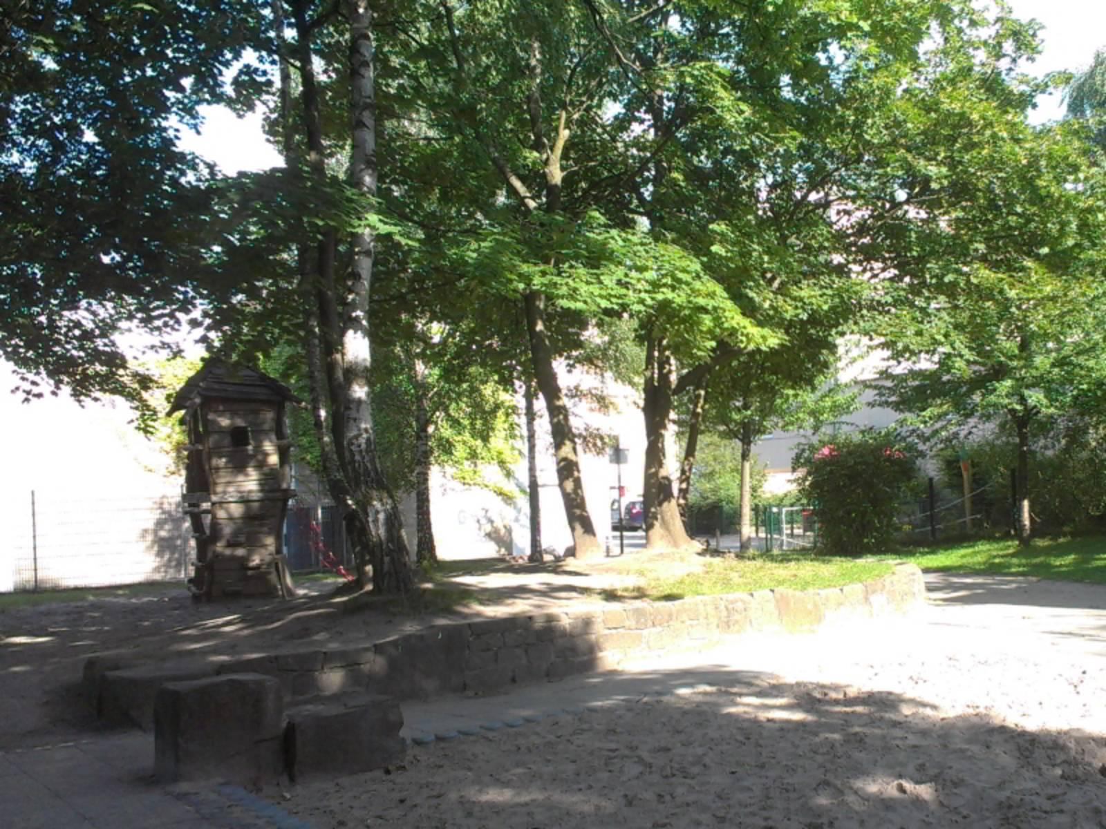 Holzturm und Sandkasten auf dem Spielplatz Mendelssohnstraße