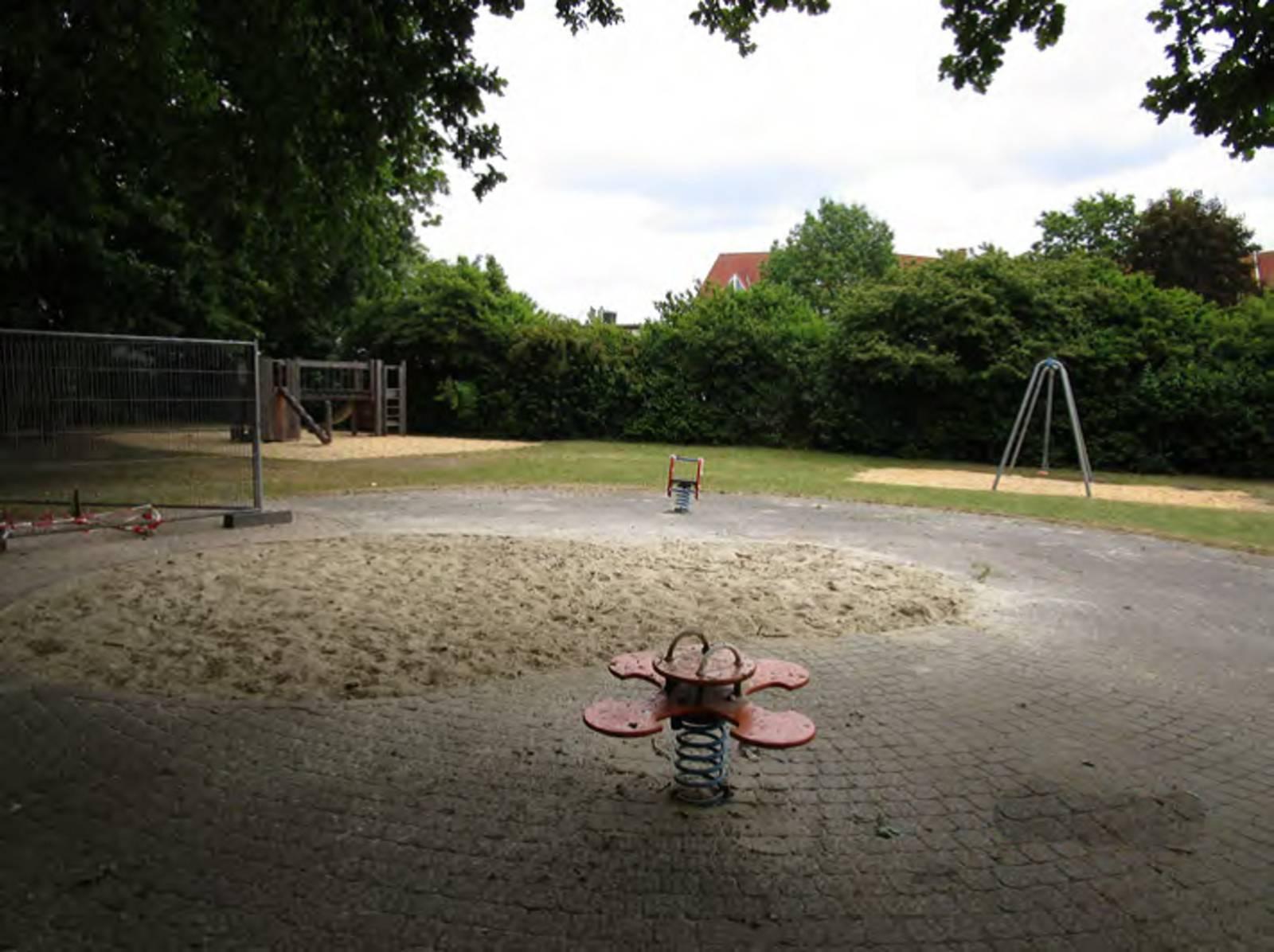 Weitläufiger Spielplatz mti mehreren Sandflächen und Spielgeräten