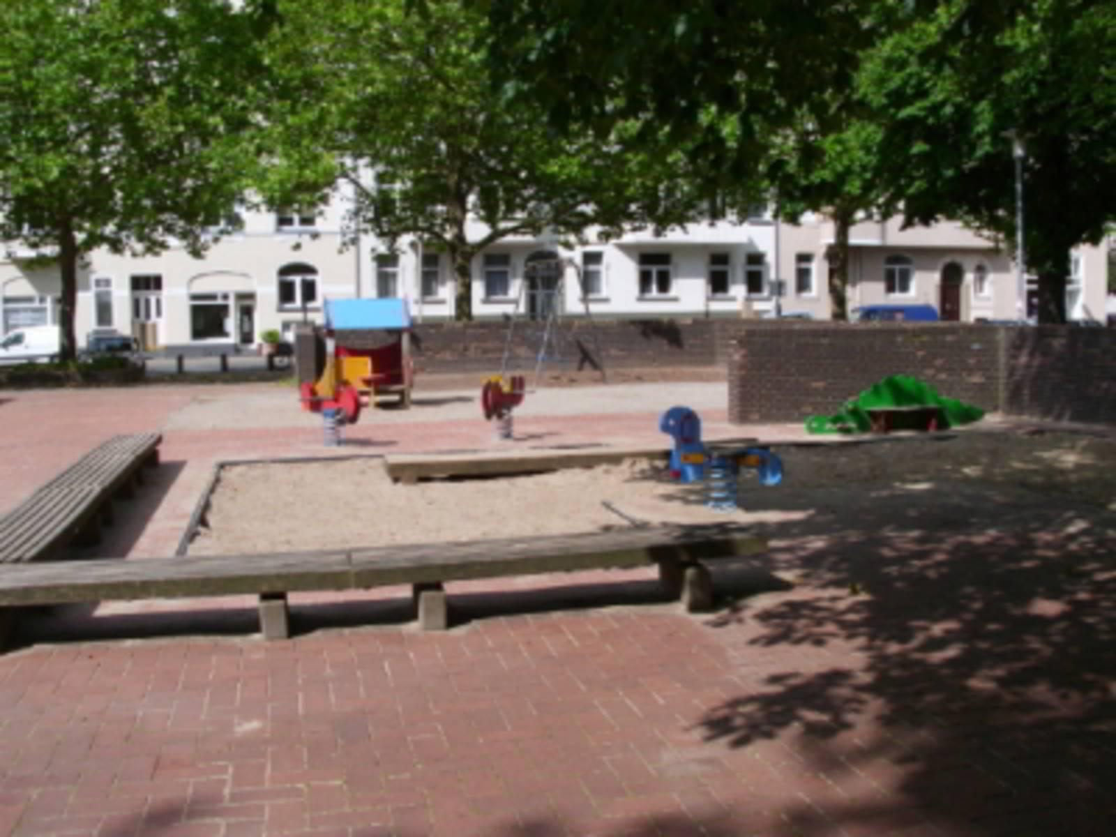 Sandkiste und Spielgeräte auf dem Spielplatz Stephansplatz