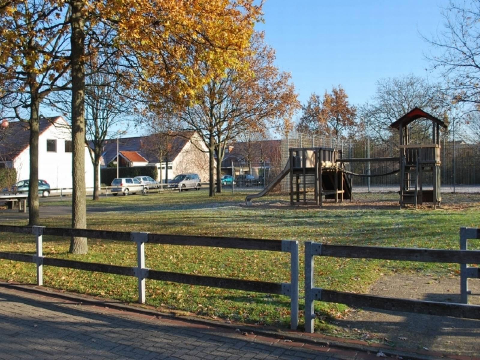 Holzspielelandschaft mit Rutsche auf dem Spielplatz Vechteweg