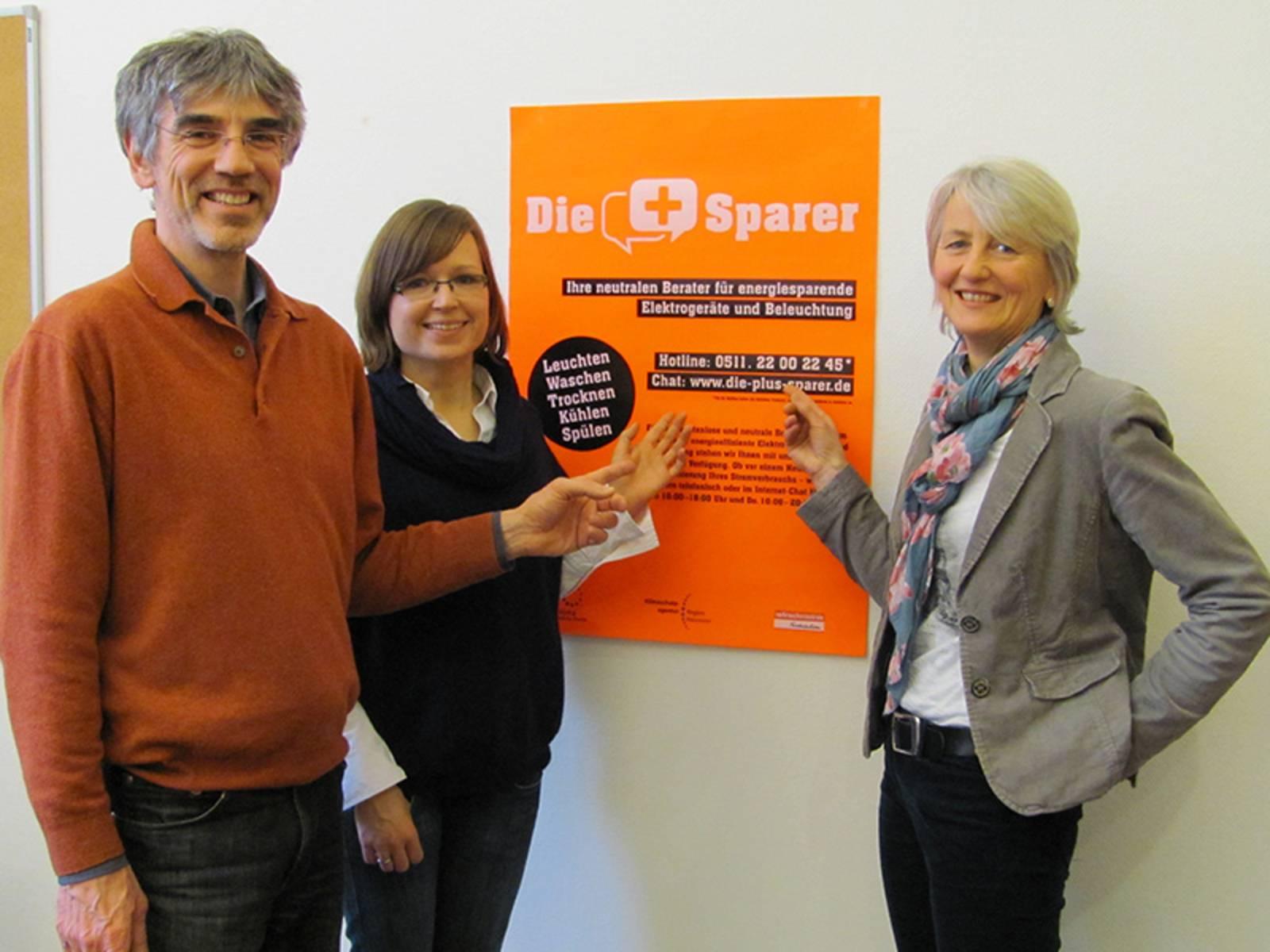 Arndt Weidenhausen von proKlima, Karin Merkel von der Verbraucherzentrale Niedersachsen sowie Lena Schäffer von der Klimaschutzagentur Region Hannover stellen die neue Kampagne vor.