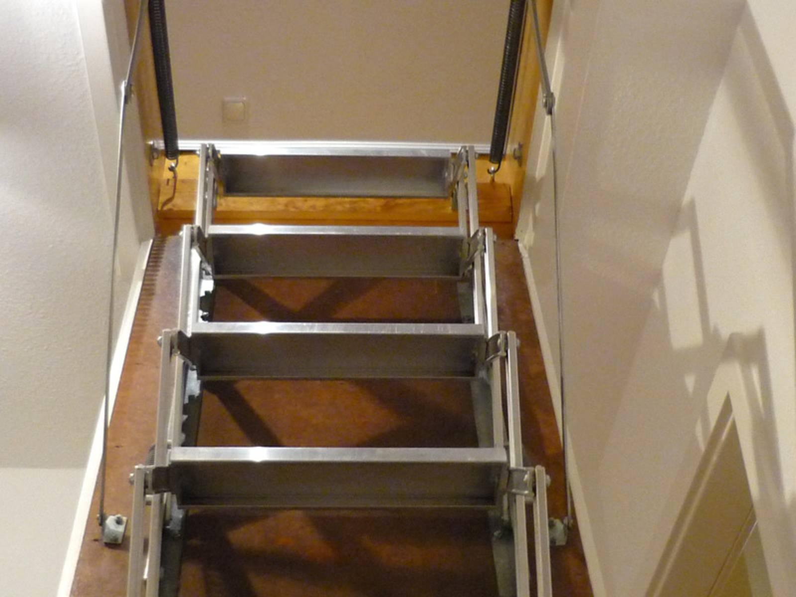 Ausziehbare Bodentreppe führt ins Dachgeschoss