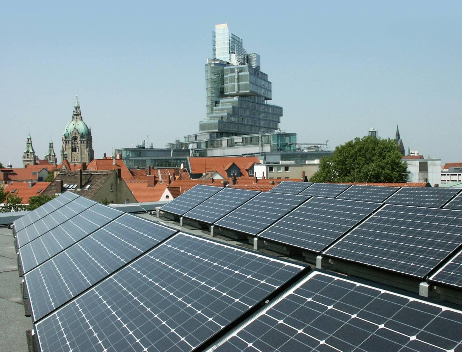 Ausblick über eine Solarstromanlage auf Neues Rathaus und Nord LB