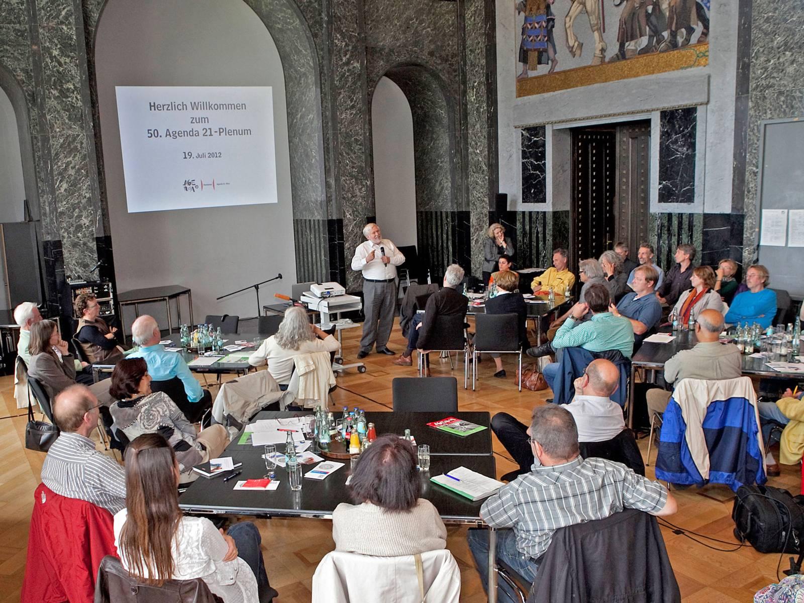 Teilnehmerinnen und Teilnehmer an einem Agenda-Plenum im Neuen Rathaus