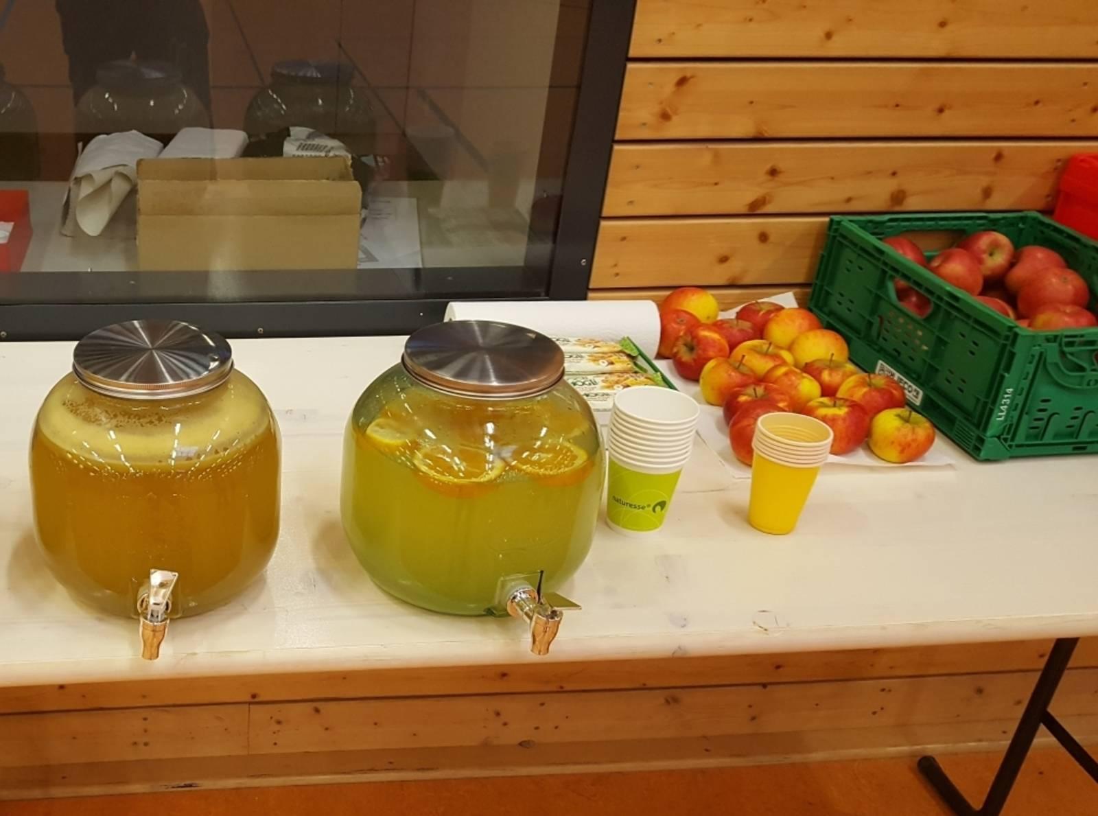Buffet mit Wasserbehältern und Bio-Äpfeln beim Mitternachtssport des Jugendzentrums Feuerwache.