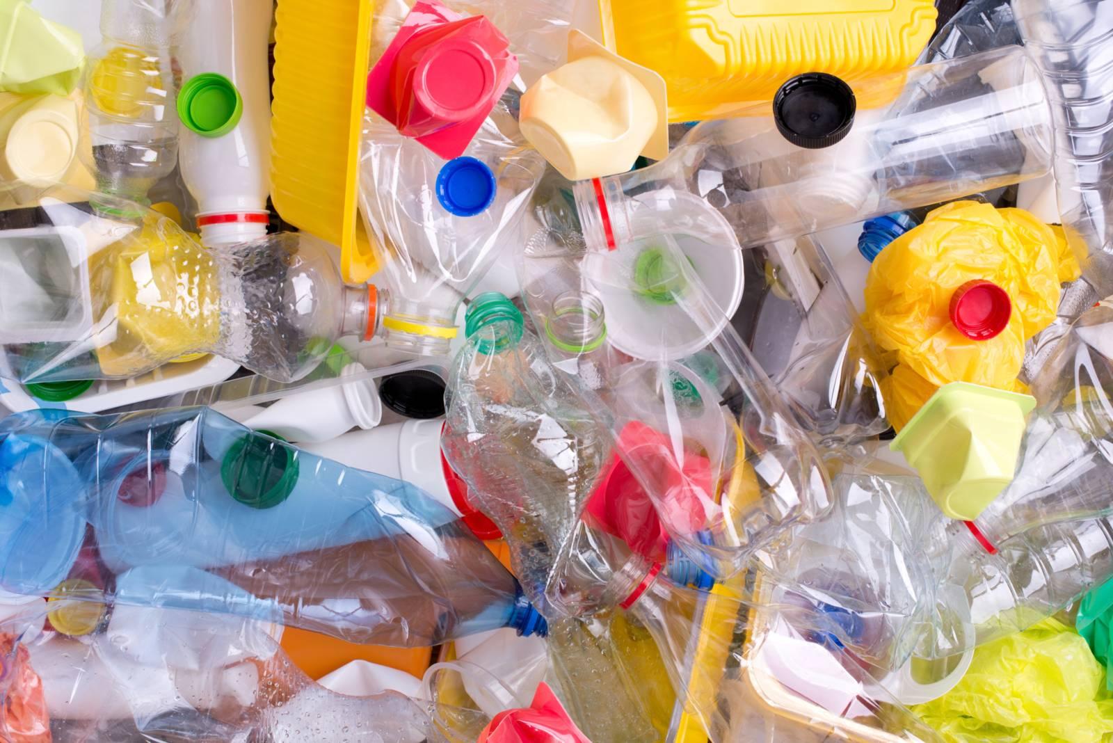 Leere Flaschen aus Plastik.