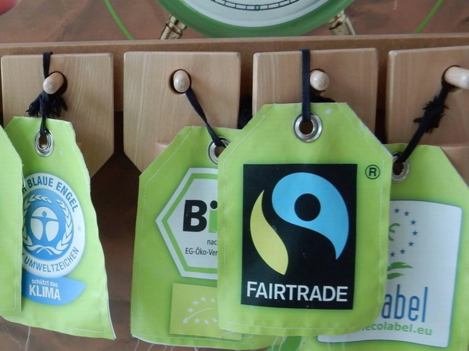 Grüne Wimpel mit Umweltlabels - Ausschnitt aus dem KonsumKompass