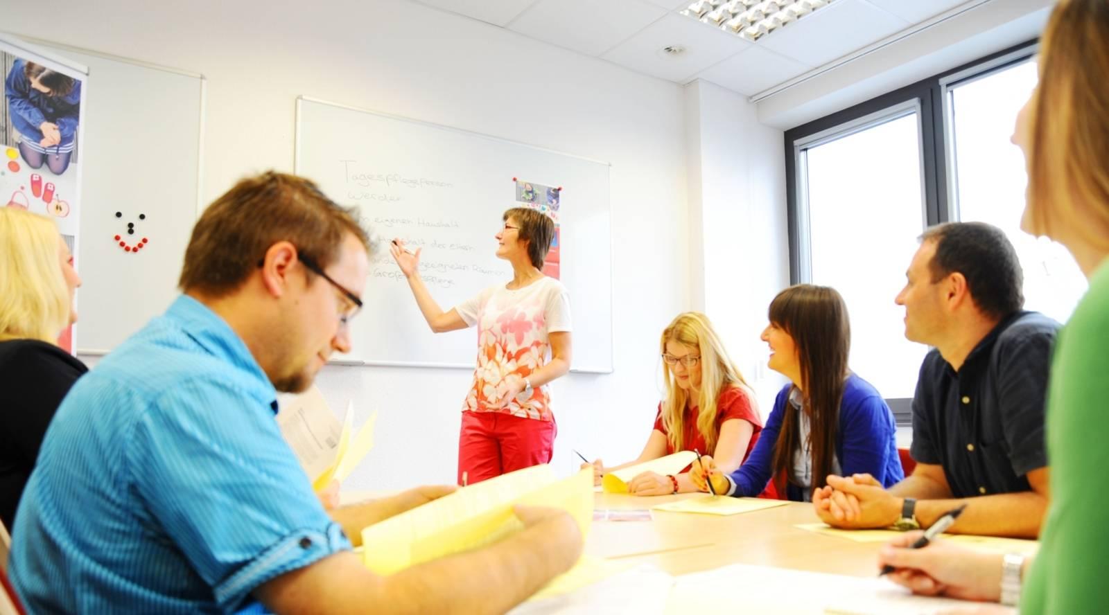 Menschen in einem Besprechungsraum beim Unterricht.