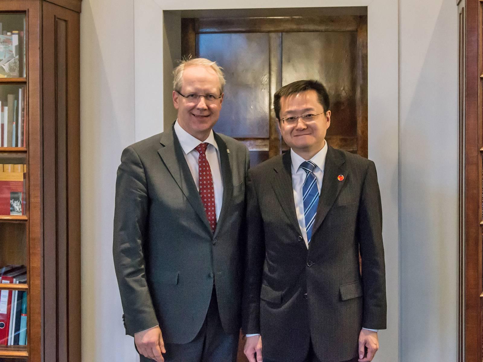 Oberbürgermeister Stefan Schostok und der chinesische Generalkonsul in Hamburg, Xiaohui Du