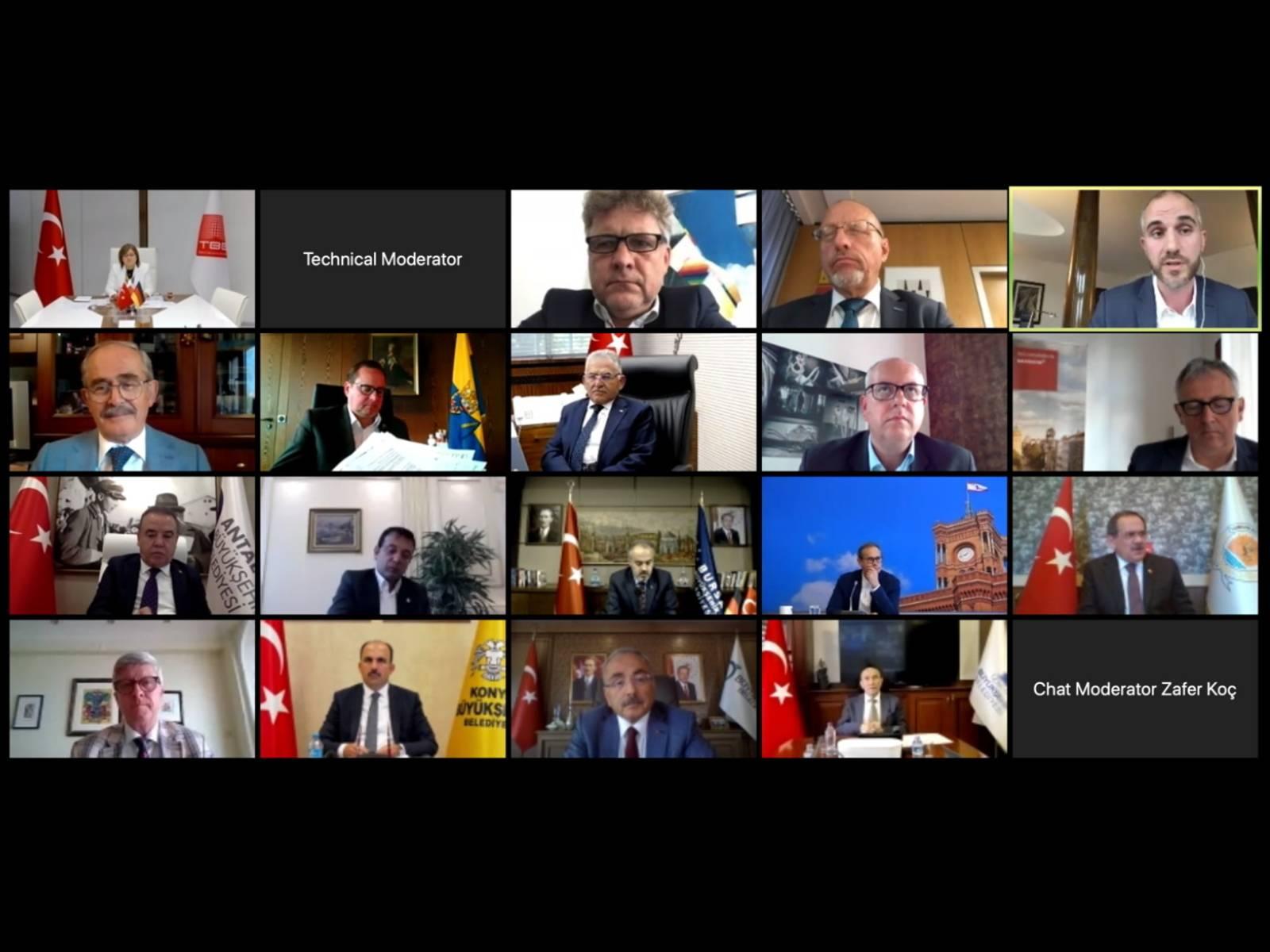 Screenshot einer Videokonferenz mit 18 Politiker*innen
